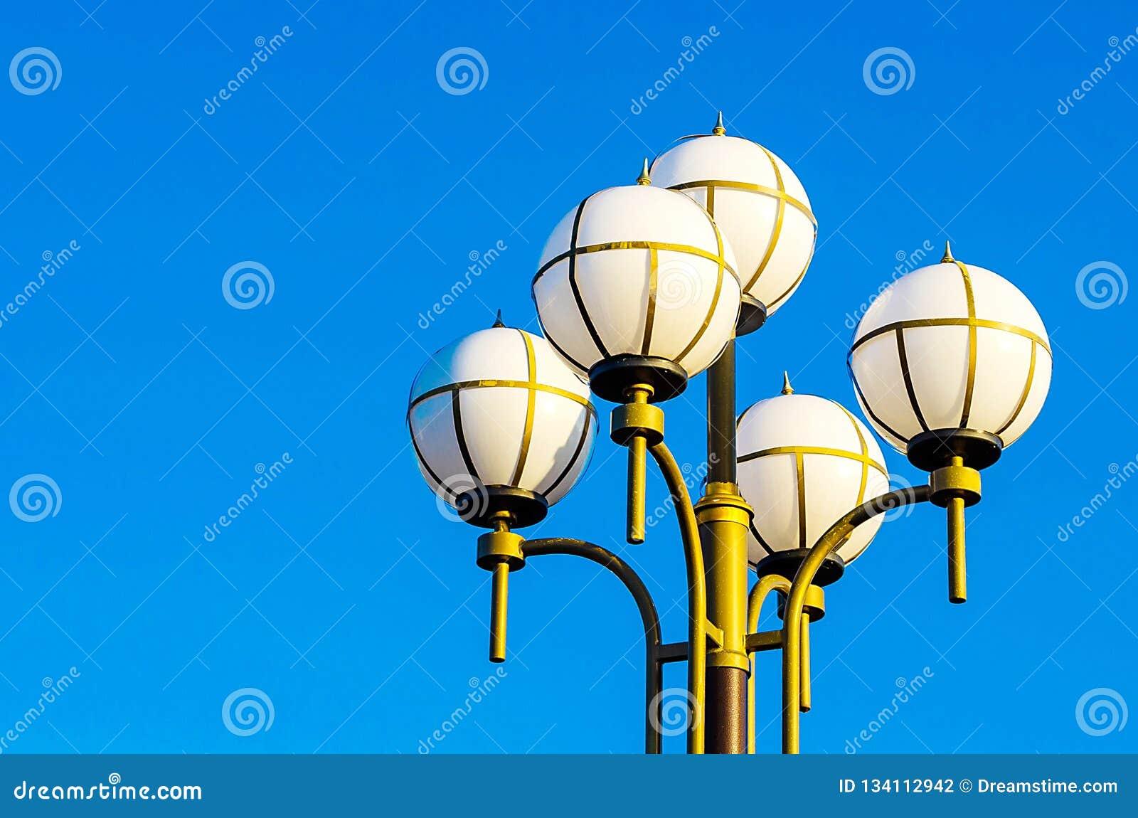 Stedelijke Lantaarn tegen de blauwe hemel