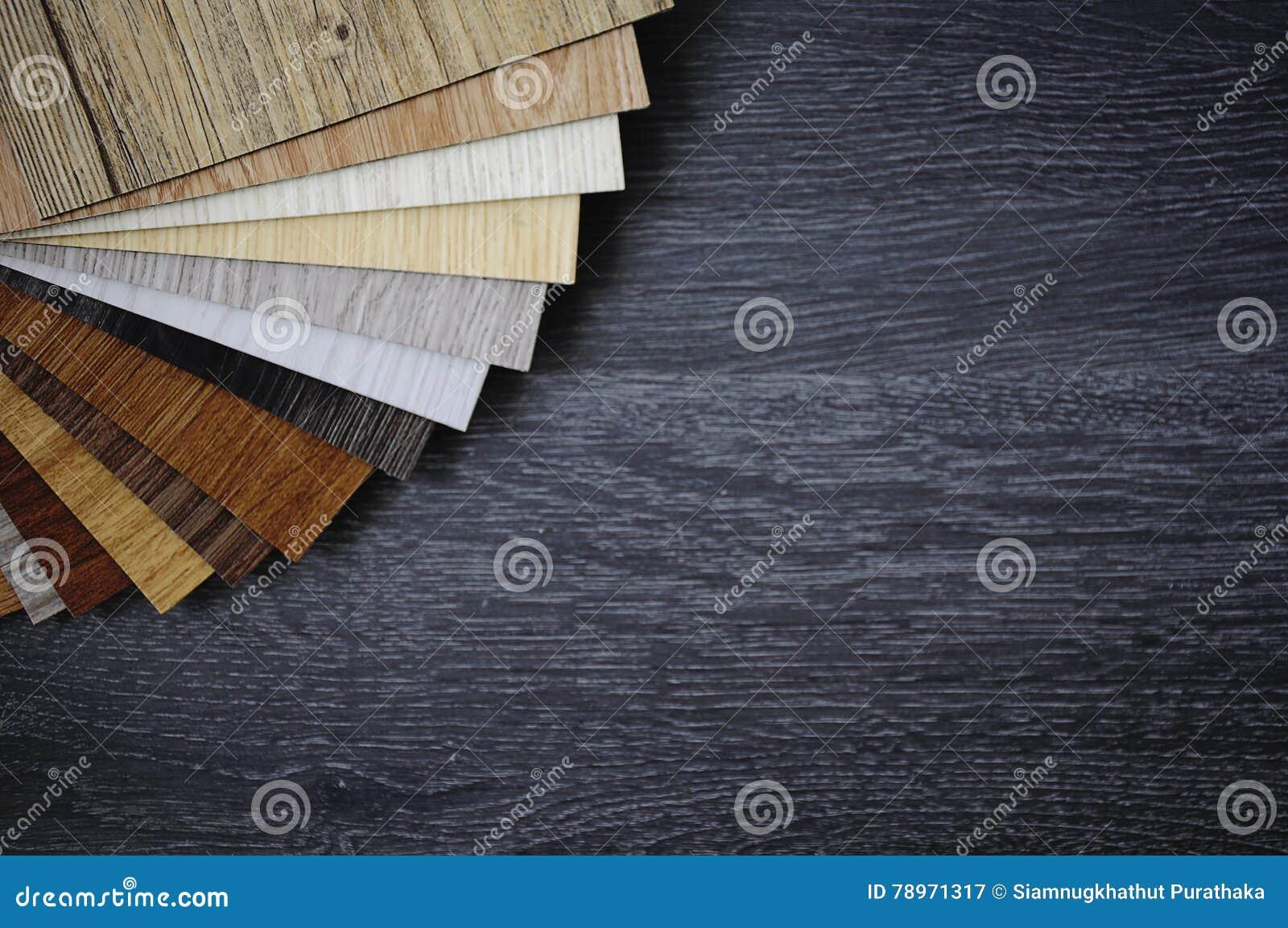 Steekproefpak van houten bevloeringslaminaat op houten zwarte vloer