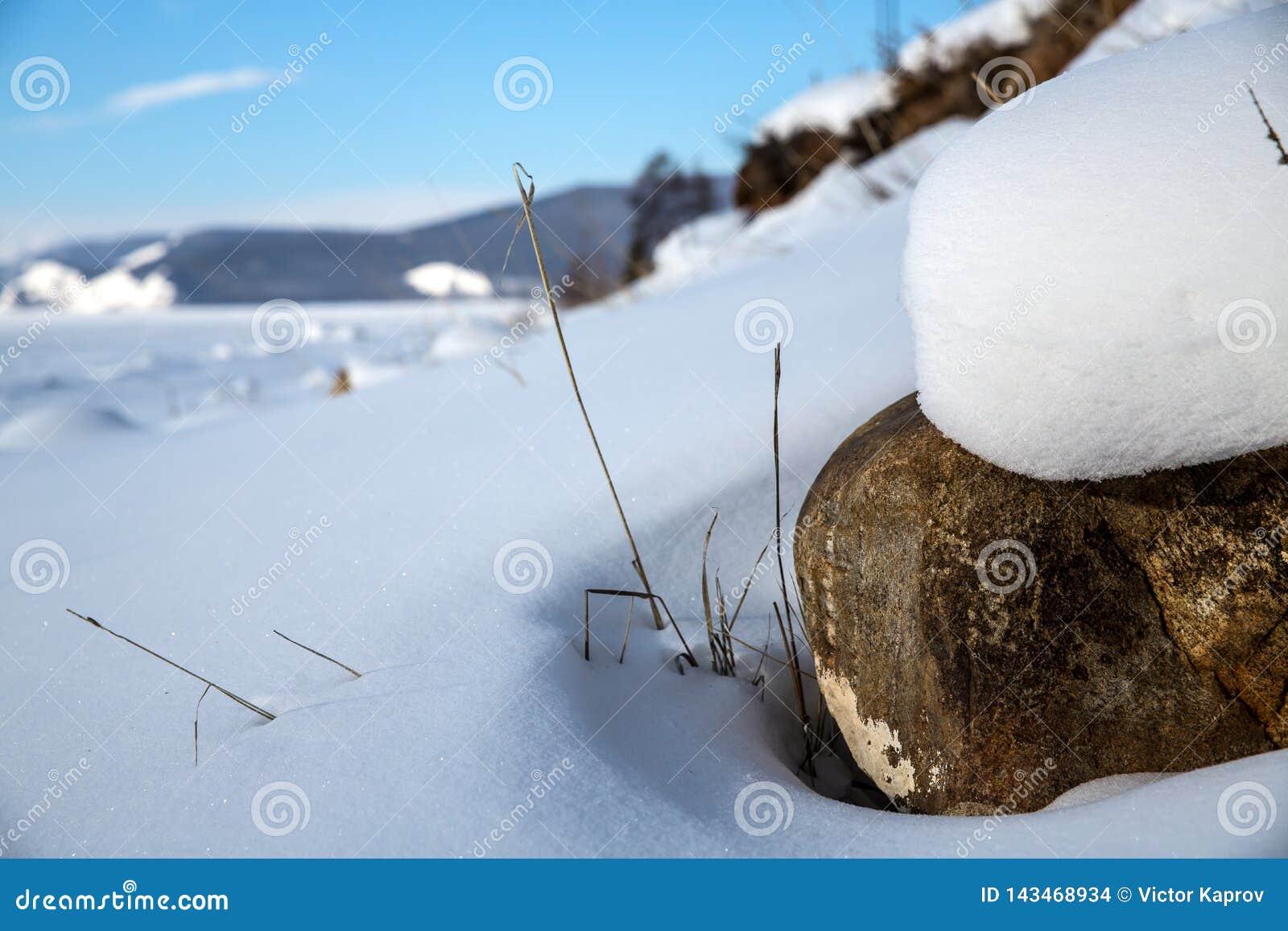 Steen in de zon op de kust van Meer Baikal