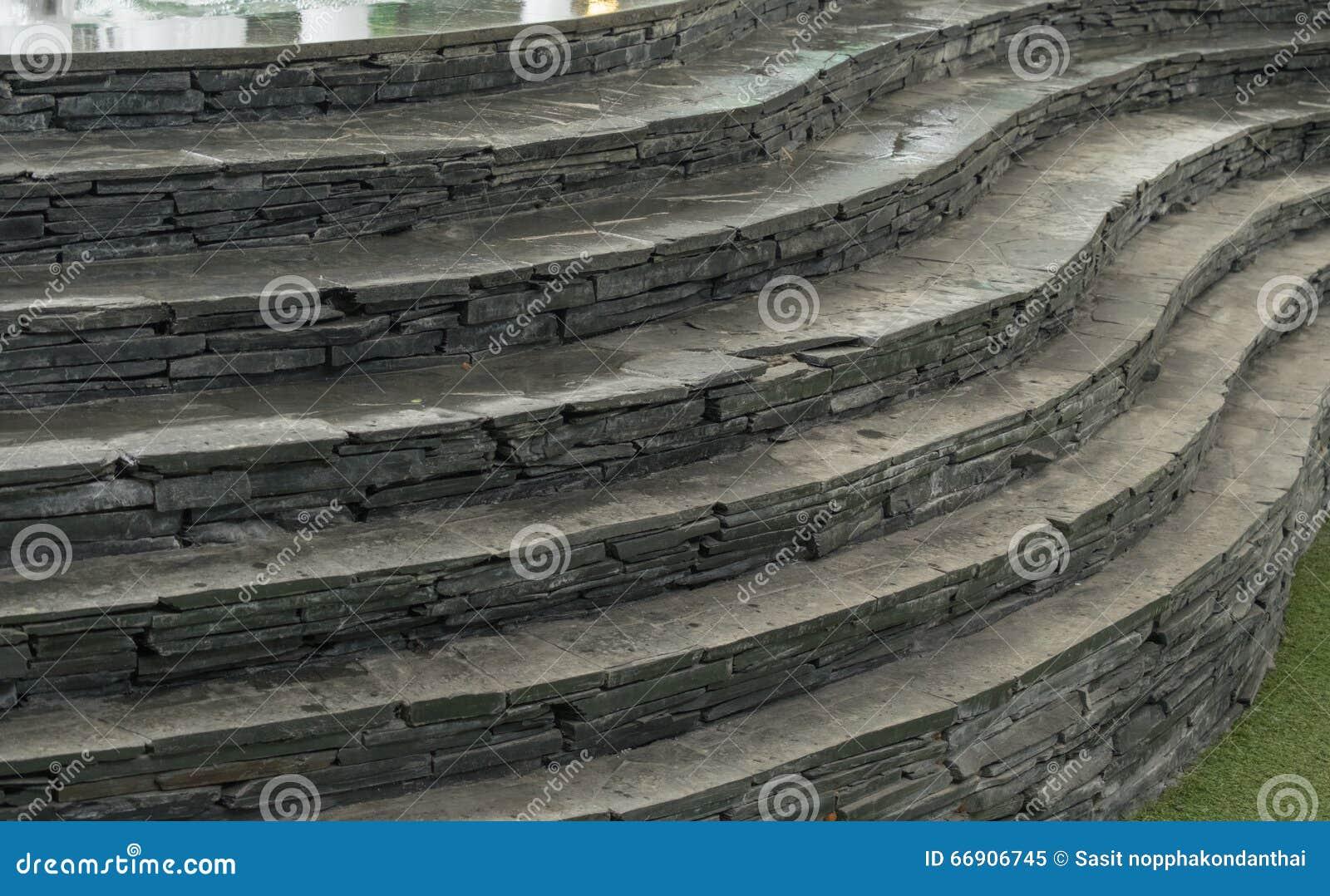 Steen en krommetrap op kunstmatig gras