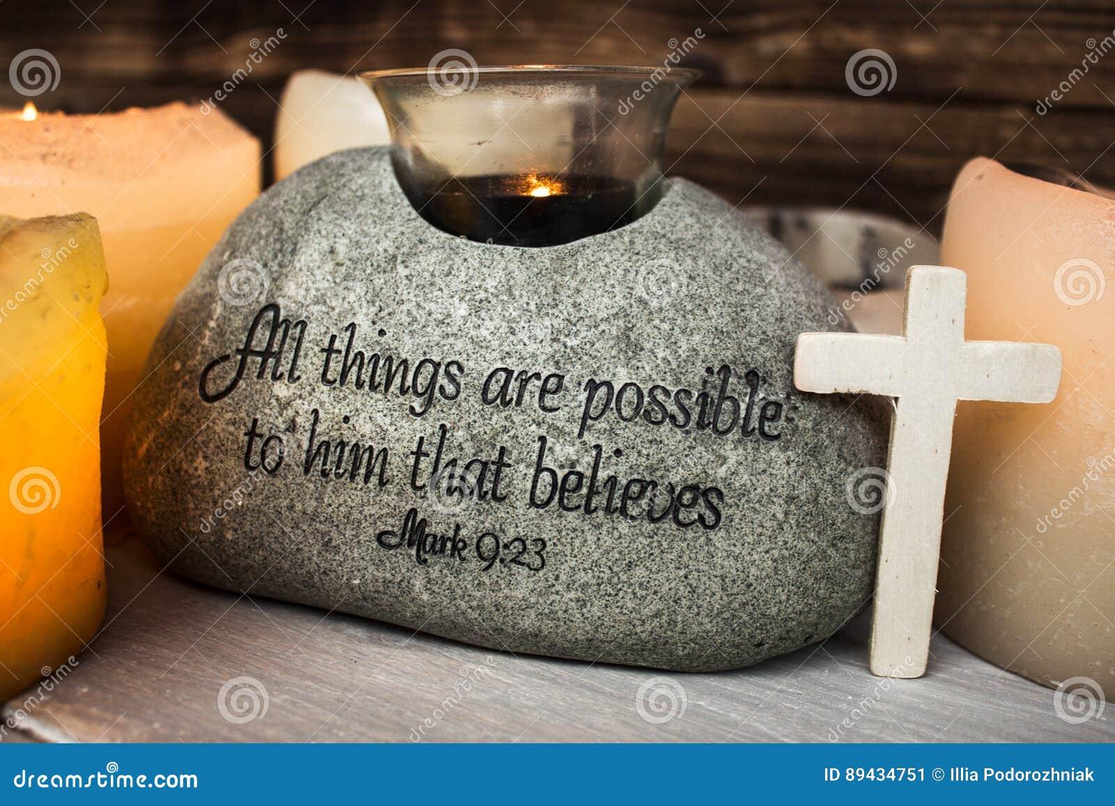 Steen met christelijke scripture met licht kaarskruis