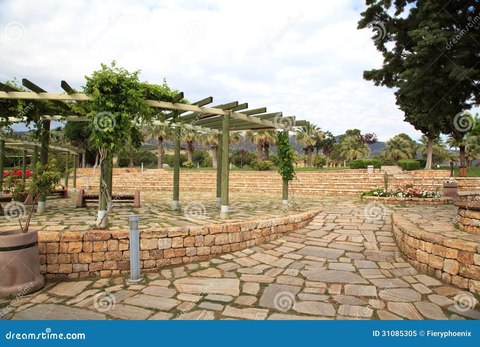 Steen openluchtterras met houten pergola en installaties royalty vrije stock foto afbeelding - Terras met houten pergolas ...