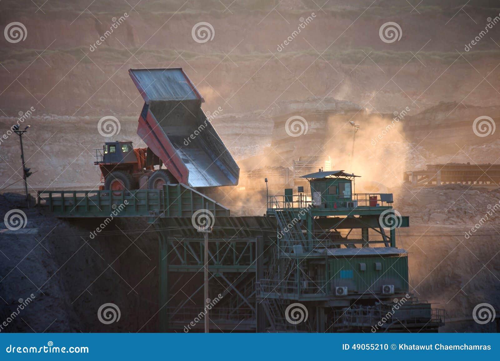 Steenkool-voorbereiding installatie Grote mijnbouwvrachtwagen bij de steenkool van de het werkplaats trans