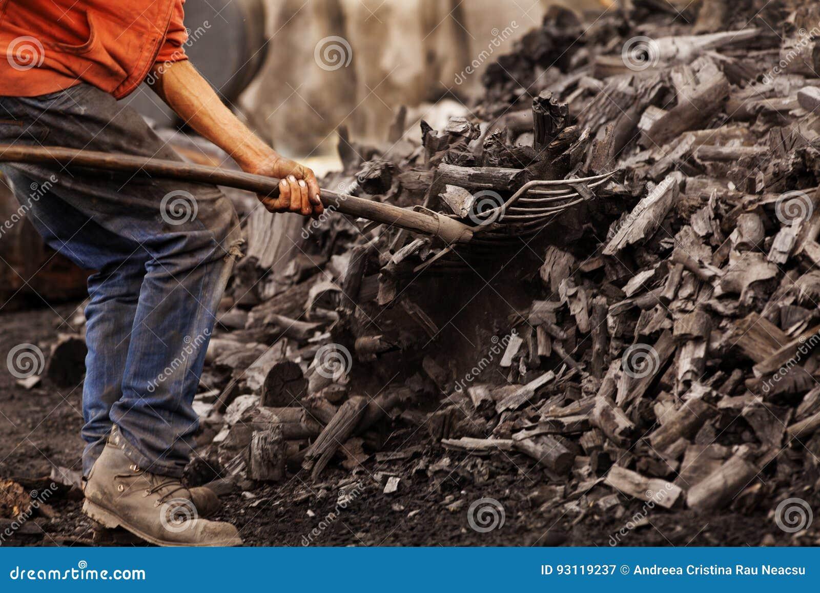 Steenkoolarbeider die met een schop werken