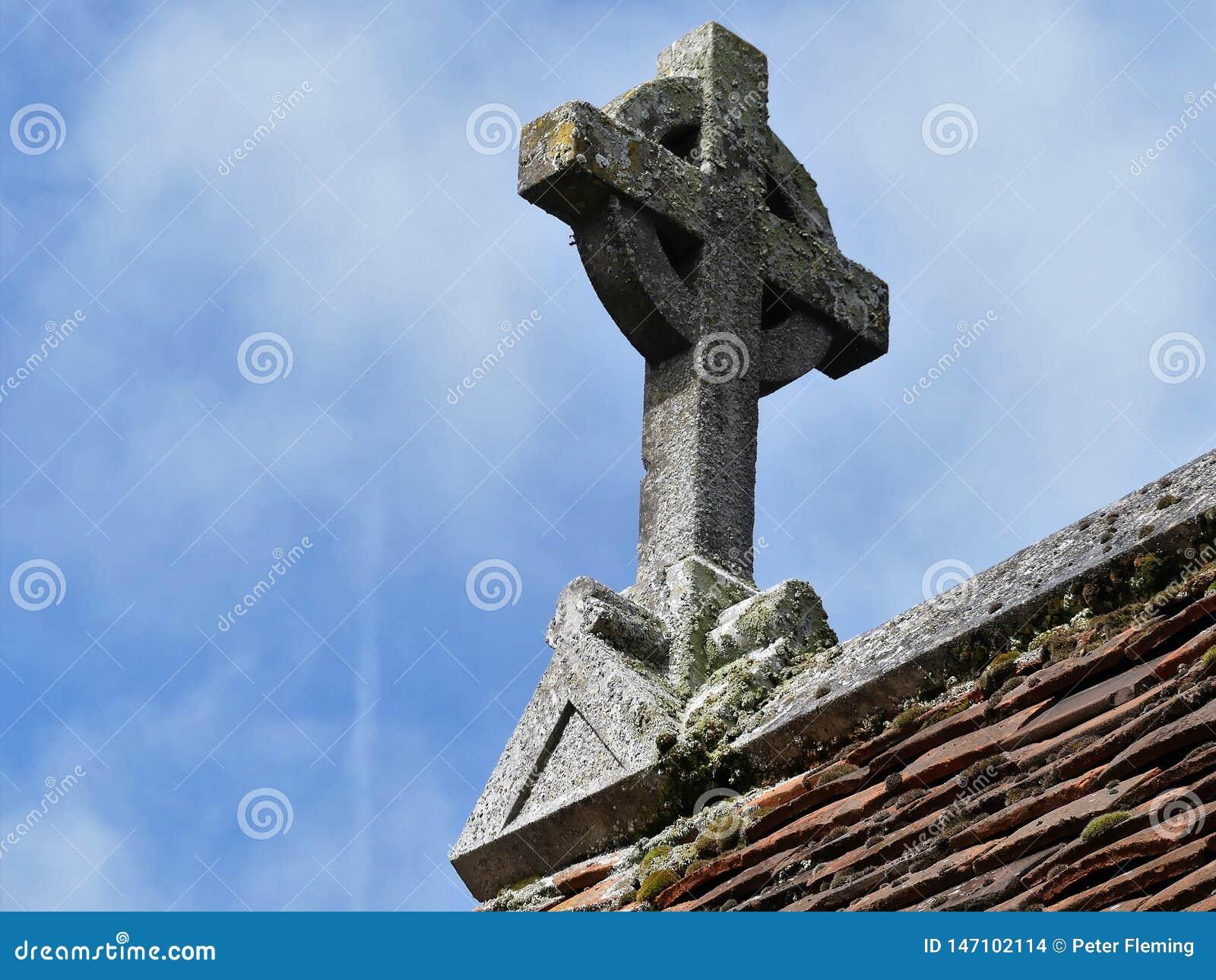 Steenkruis op kerkdak