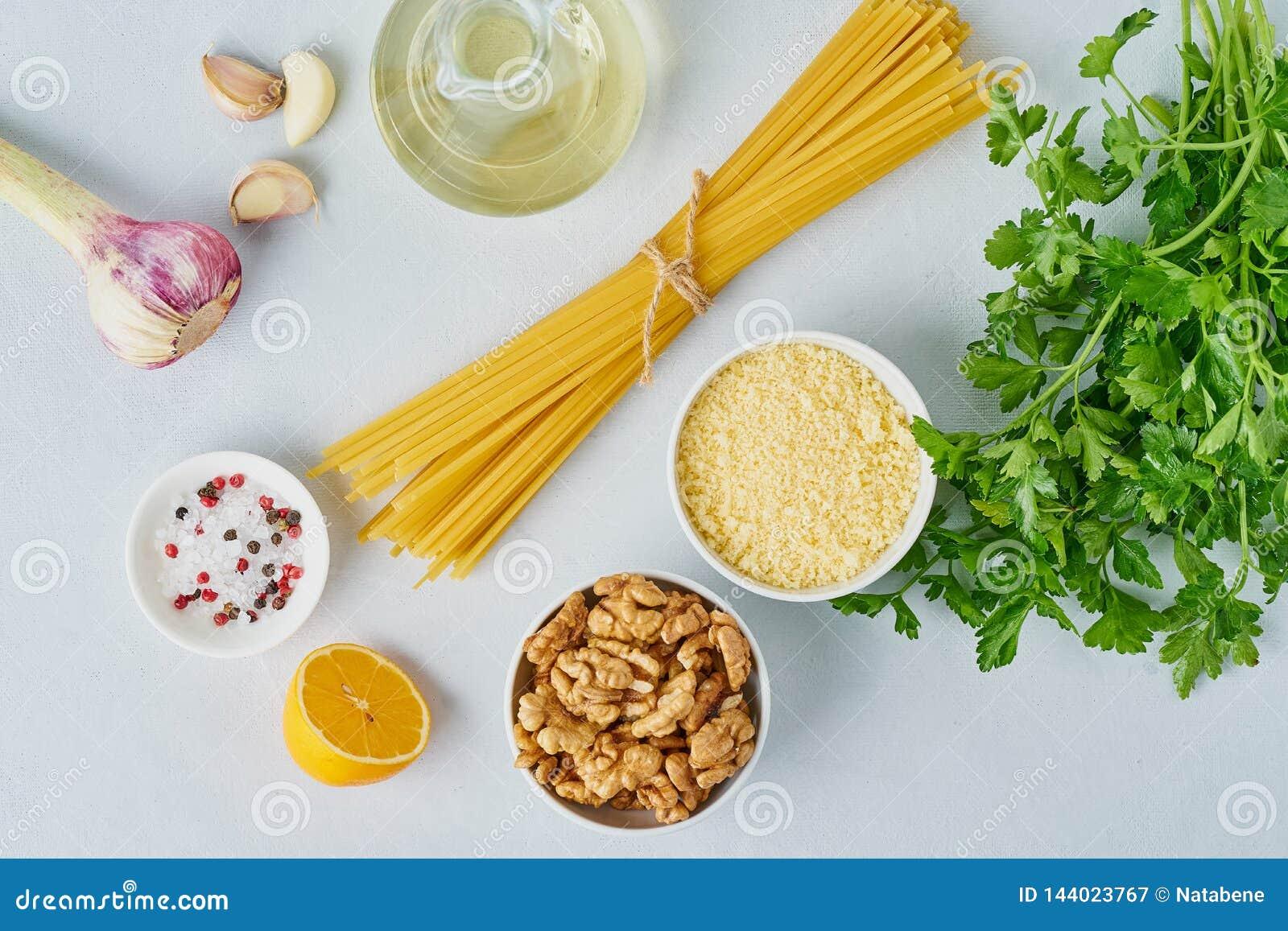 Steg-för-steg recept Pestopasta, bavette med valnötter, persilja, vitlök, muttrar, olivolja Bästa sikt, blå bakgrund