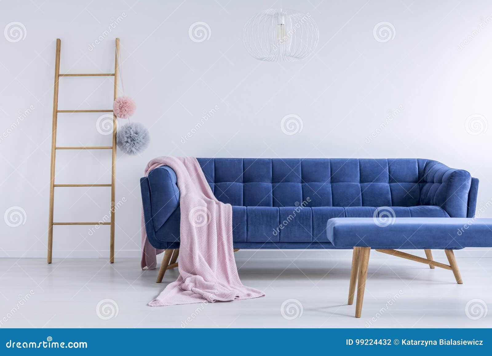 Stege och marinblå soffa