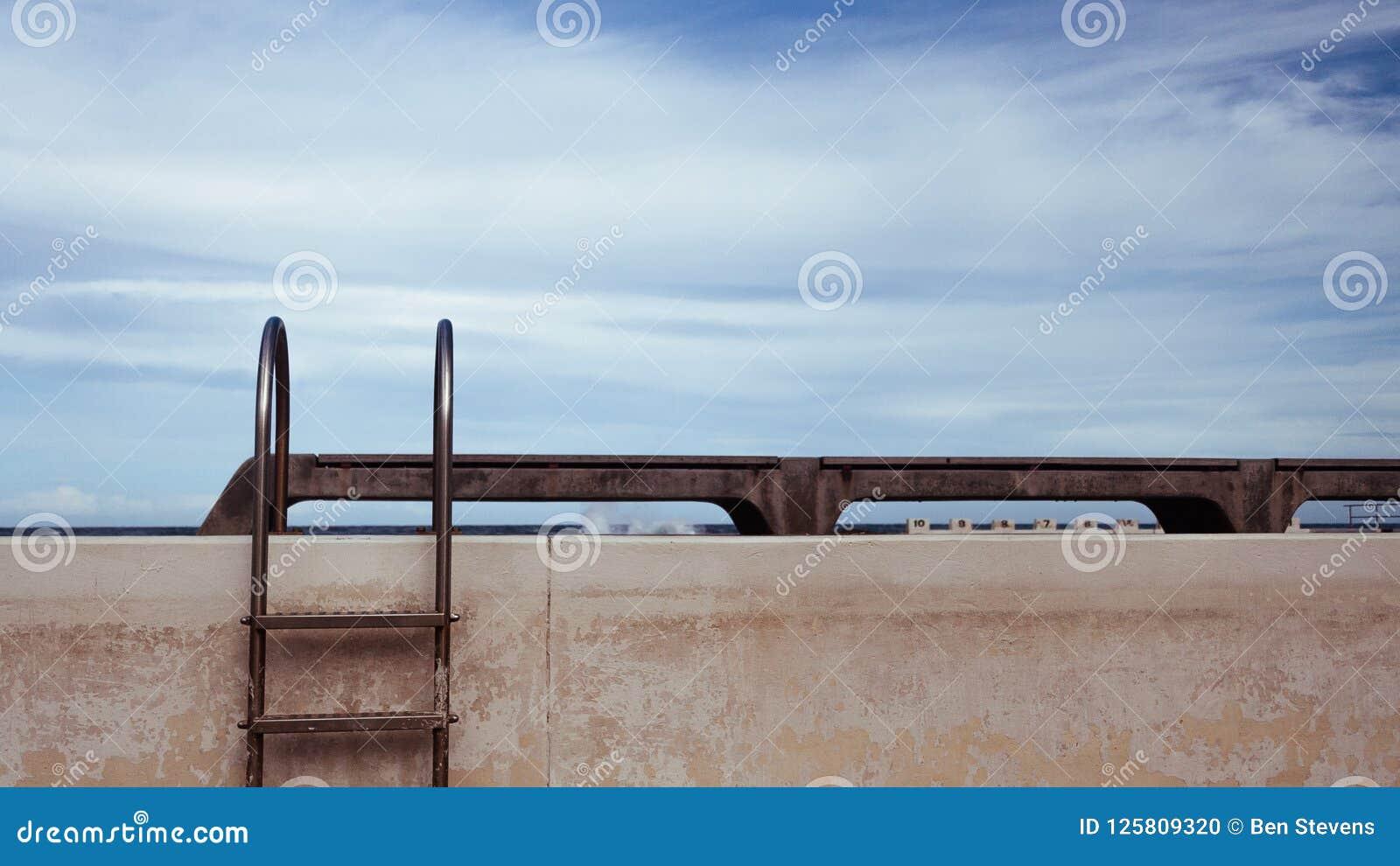 Stege på sidan av pölen