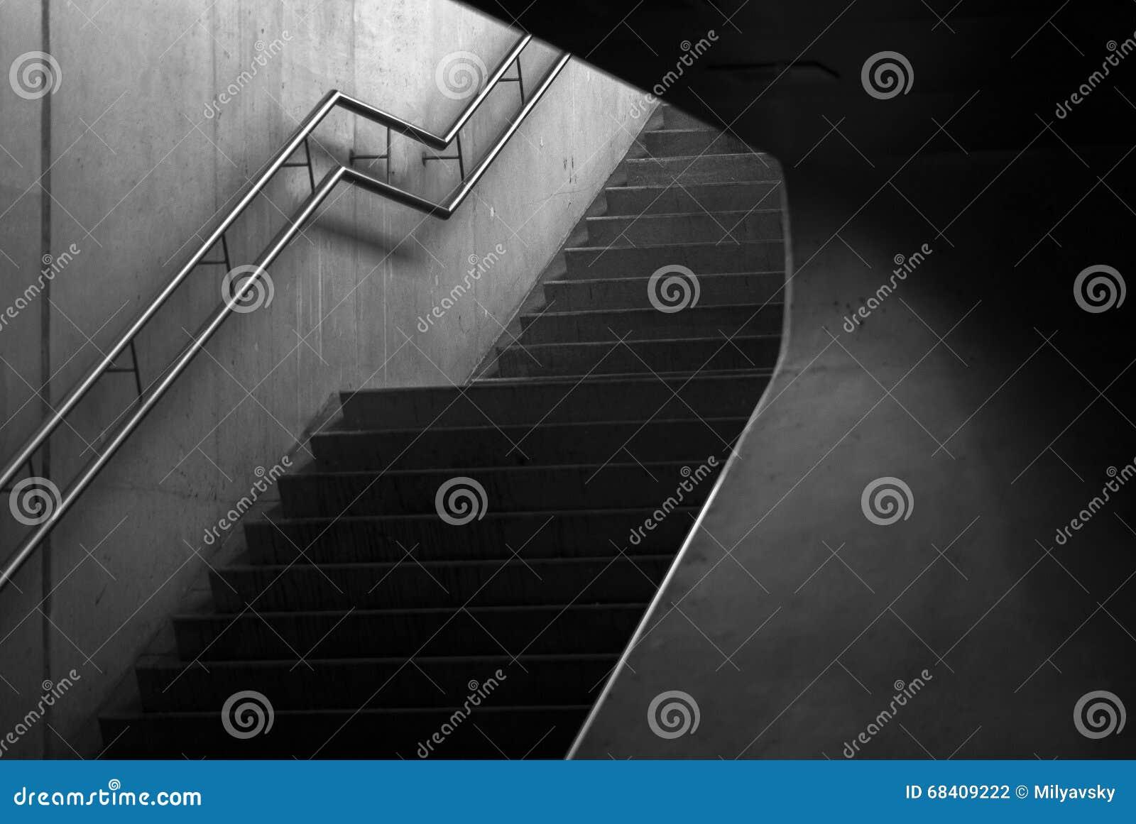 Stege trappa upp, geometri arkivfoto   bild: 68409222