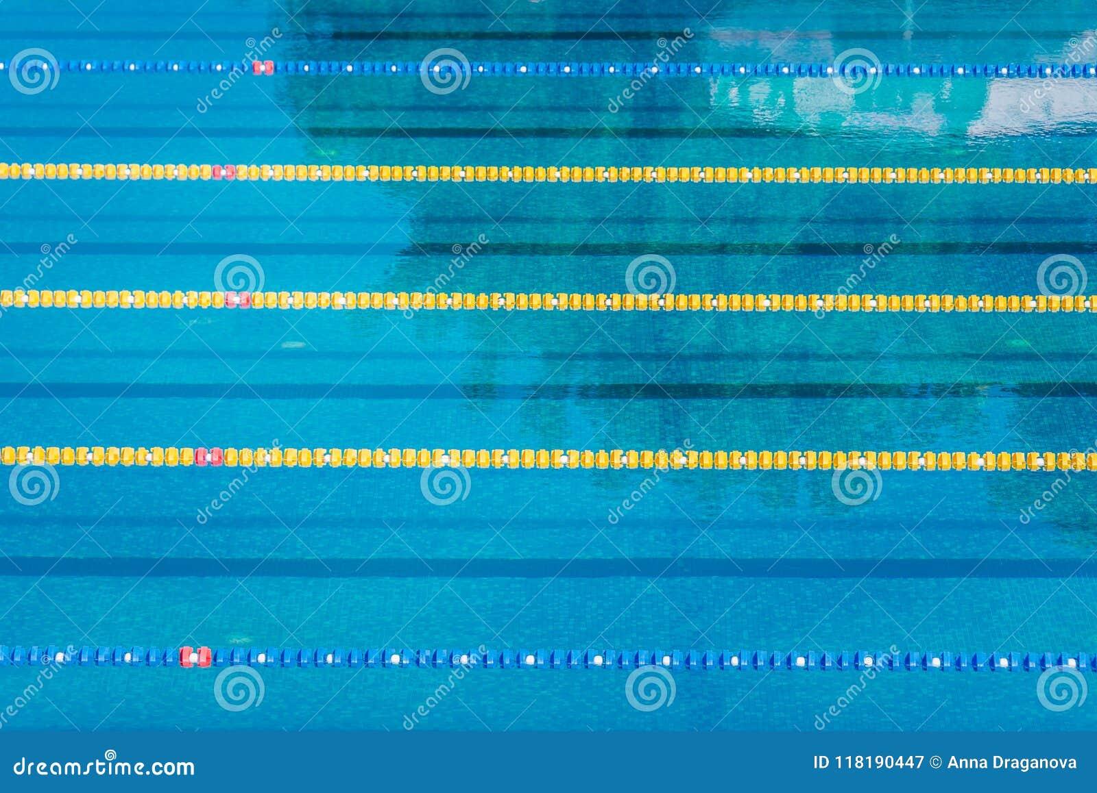 Stegen in een openlucht zwembad van de de concurrentie olympisch grootte kalme waterachtergrond