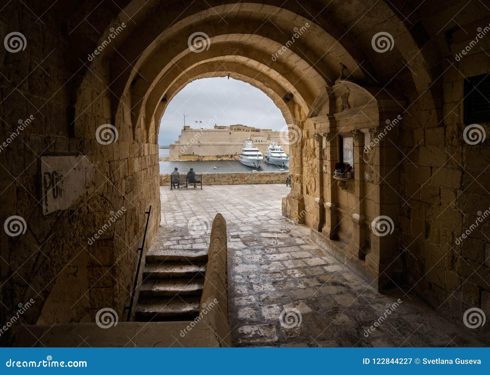Stegen en straten van Malta valletta