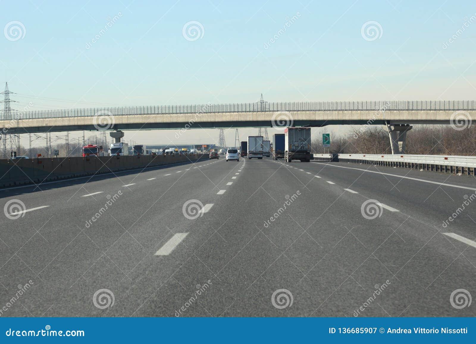 Stegen met auto s en vrachtwagens op Italiaanse weg
