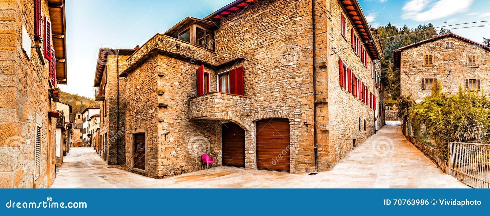 Stegen van bergdorp in Toscanië