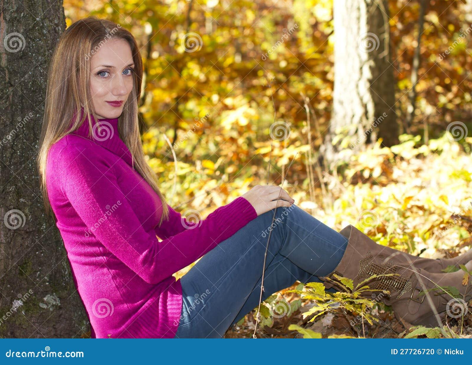 Stehendes Mädchen nahe einem Baum