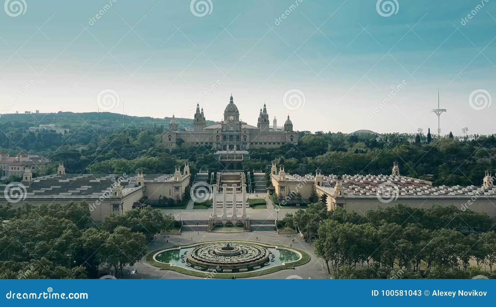 Steigender Luftschuß von Palau Nacional - Museum des nationalen Palastes in Barcelona, Spanien
