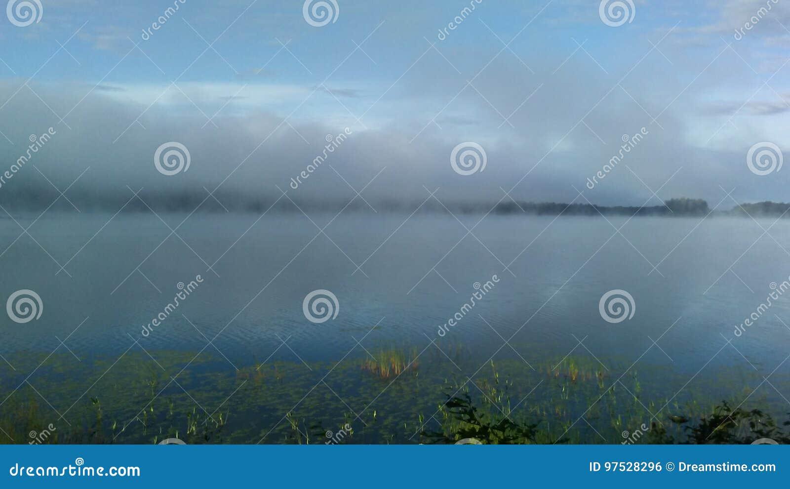 Steigender Nebel auf dem See