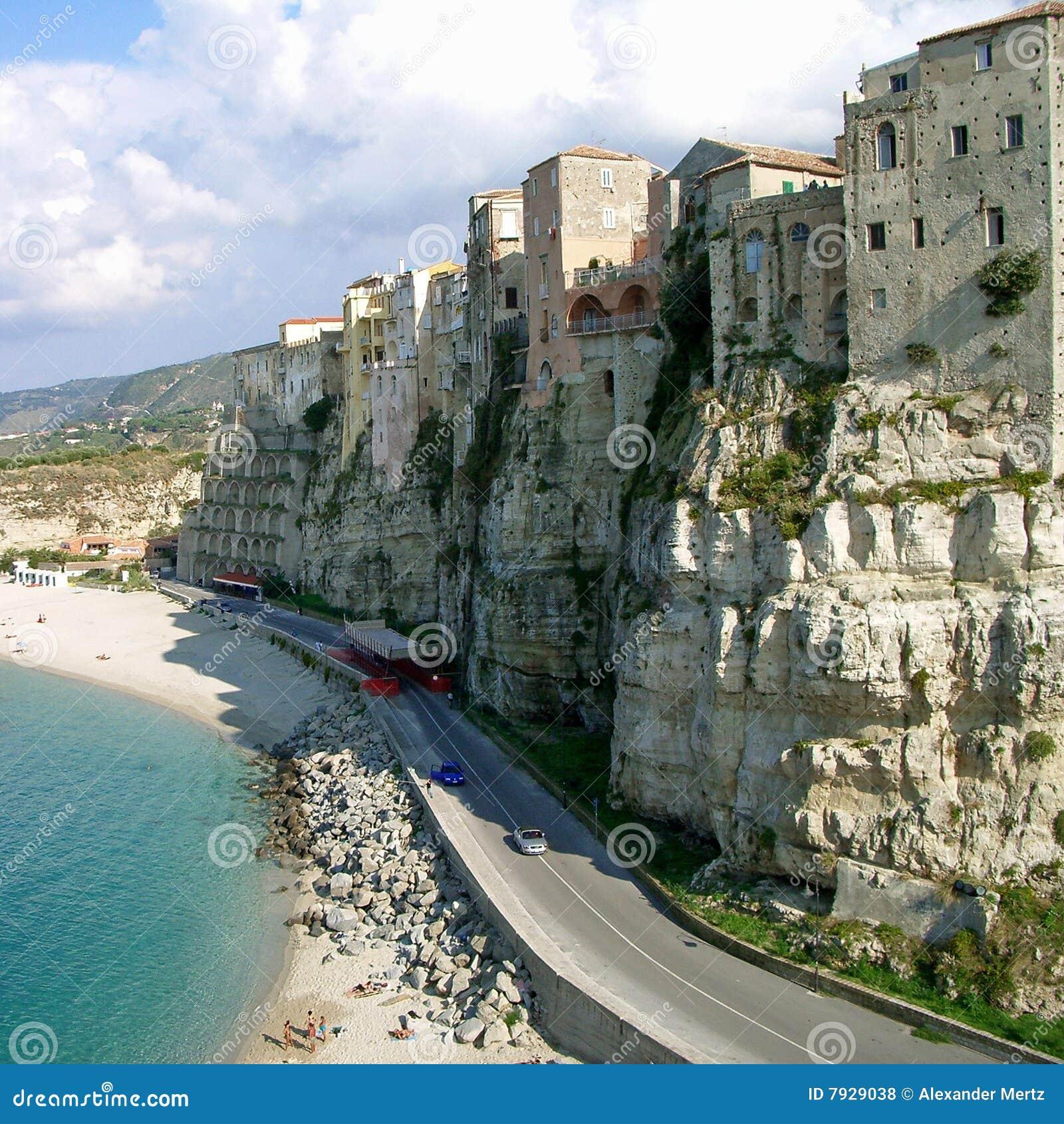 Steile kust in Tropea, Calabrië (Italië)