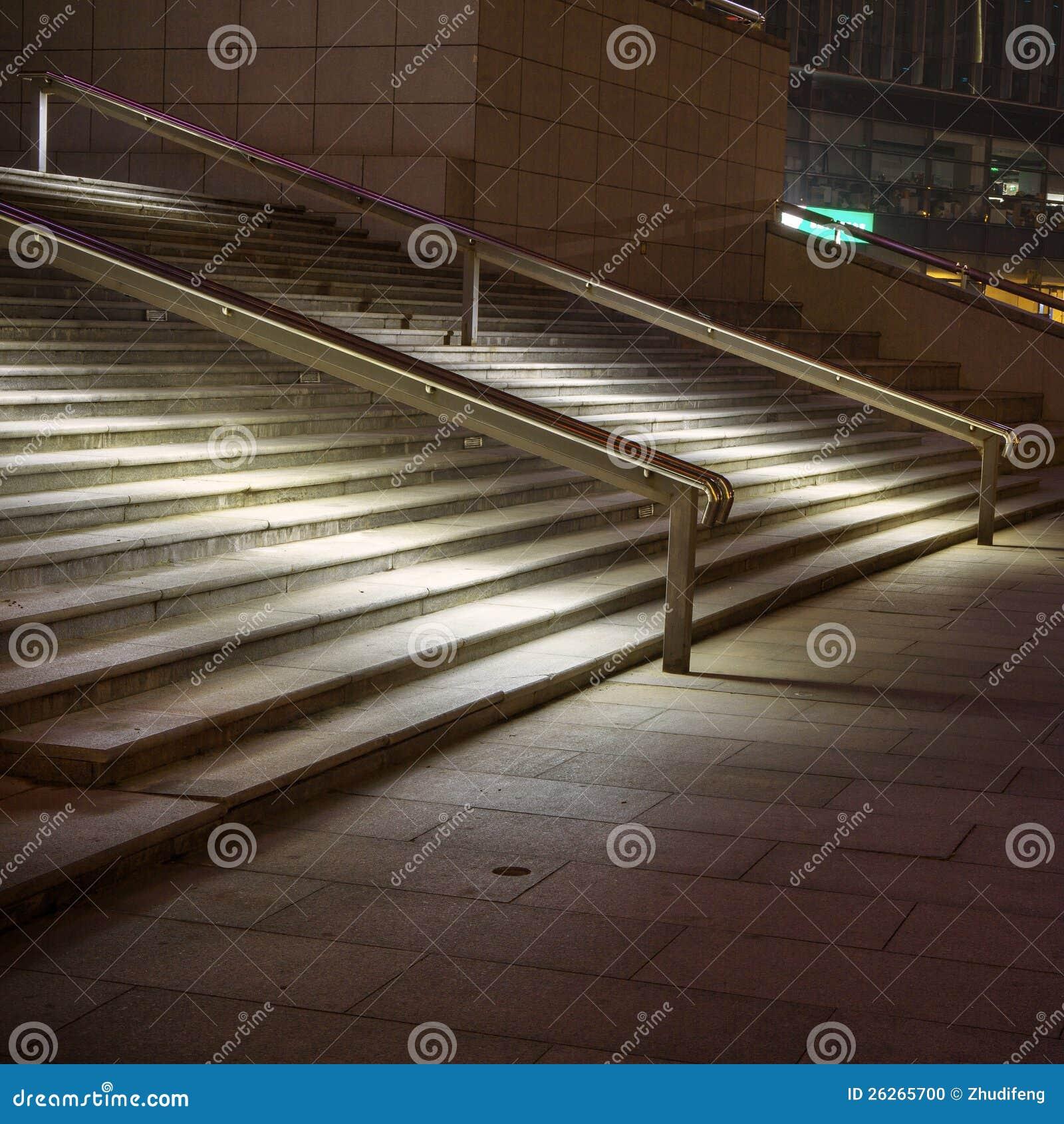Steile moderne treppen in einem gebäude stockfoto   bild: 26265700