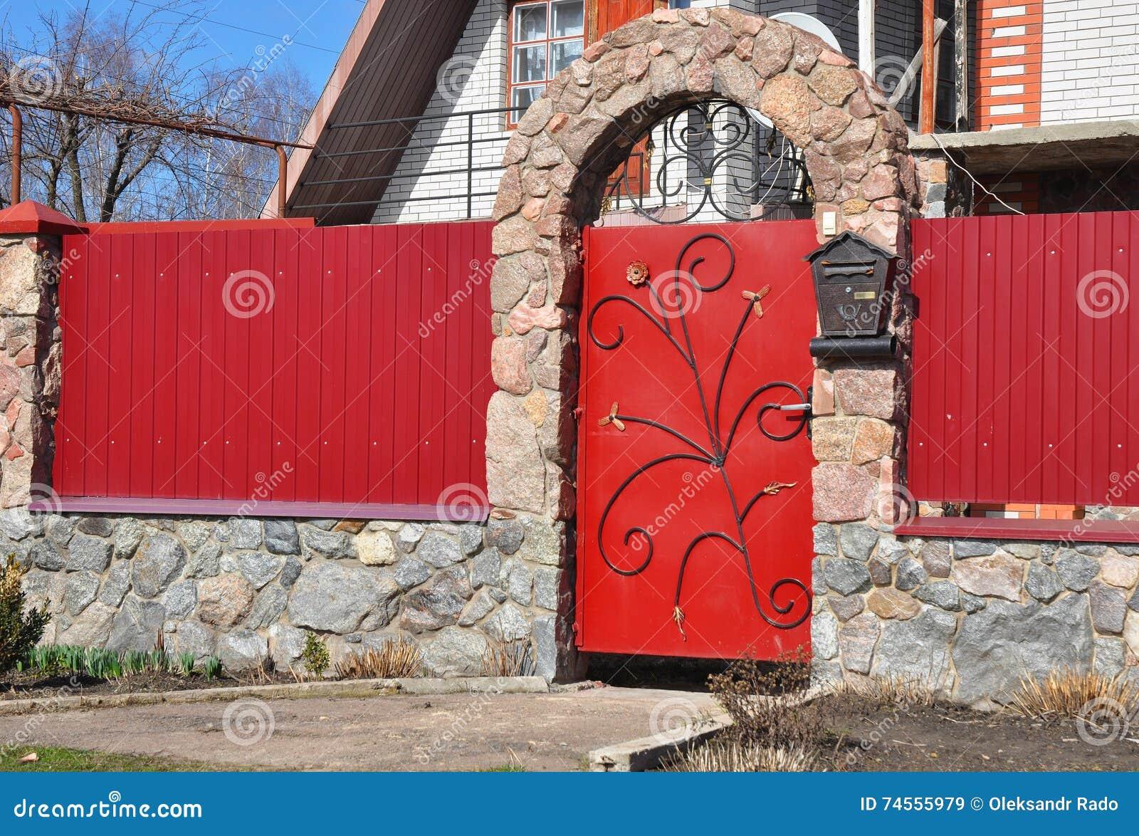 Stein Und Metallroter Zaun Mit Tur Stockbild Bild Von Modern