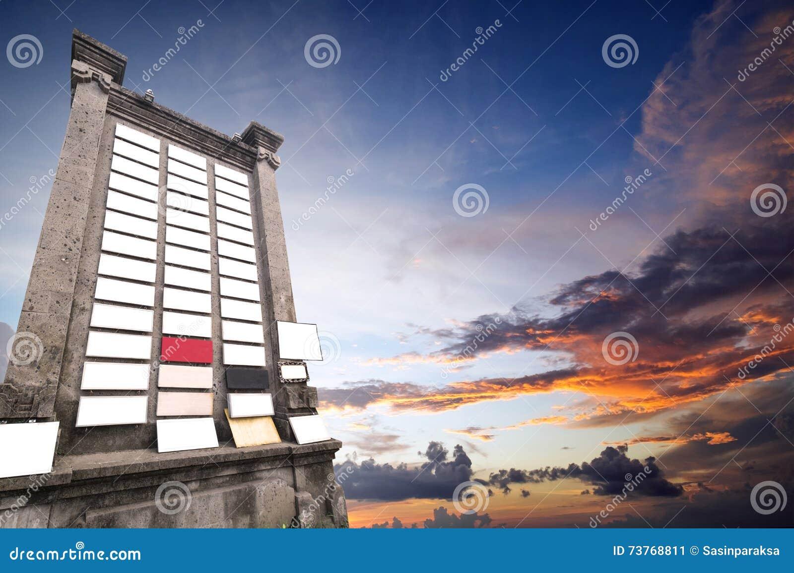 Steinanschlagtafel mit vielem leeren Schild, mit Kopienraum auf Himmel im Sonnenuntergang