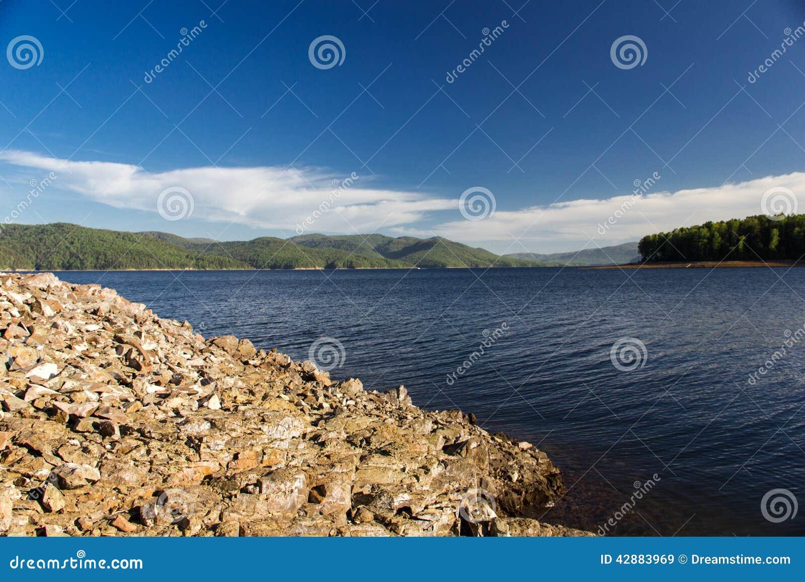Steine auf dem Enisey-Fluss
