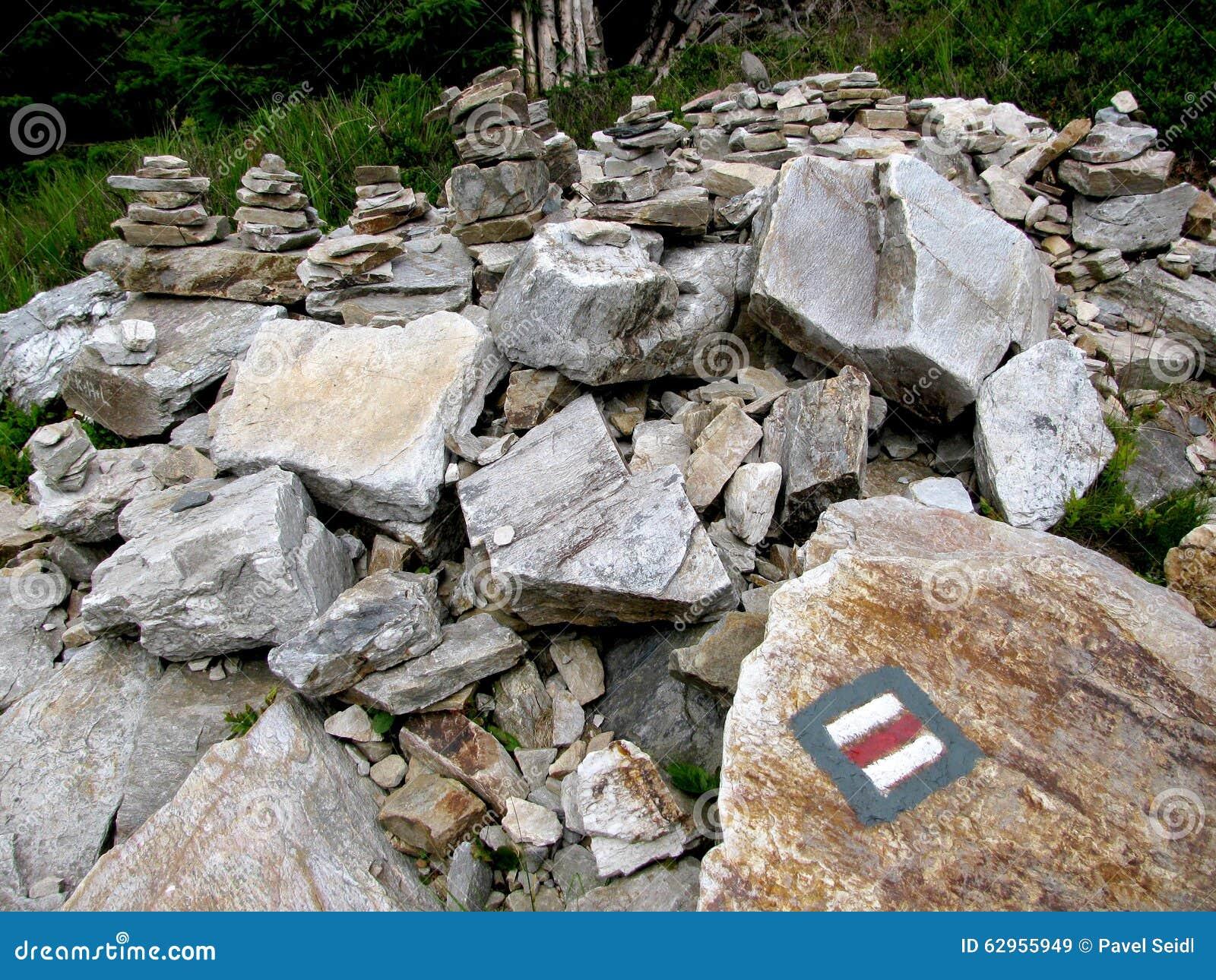 Steine mit rotem touristischem Zeichen