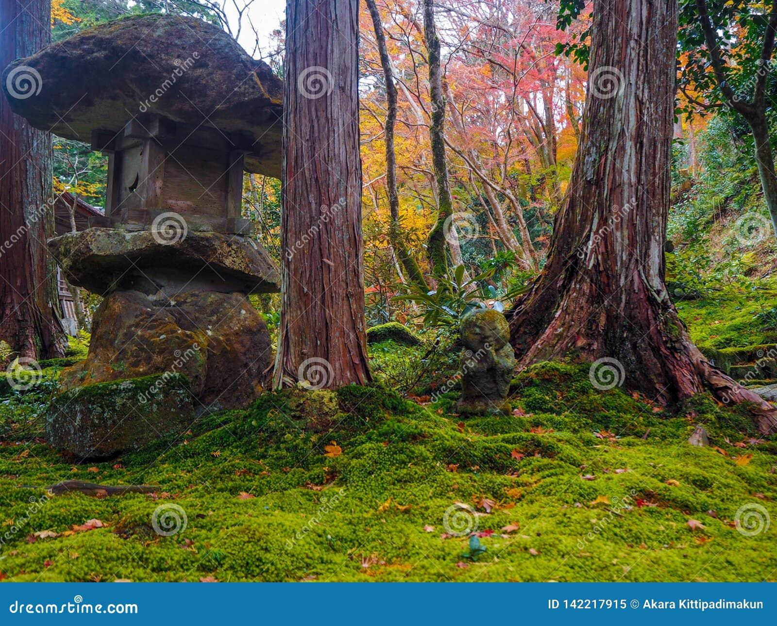 Steinstatue im japanischen Garten