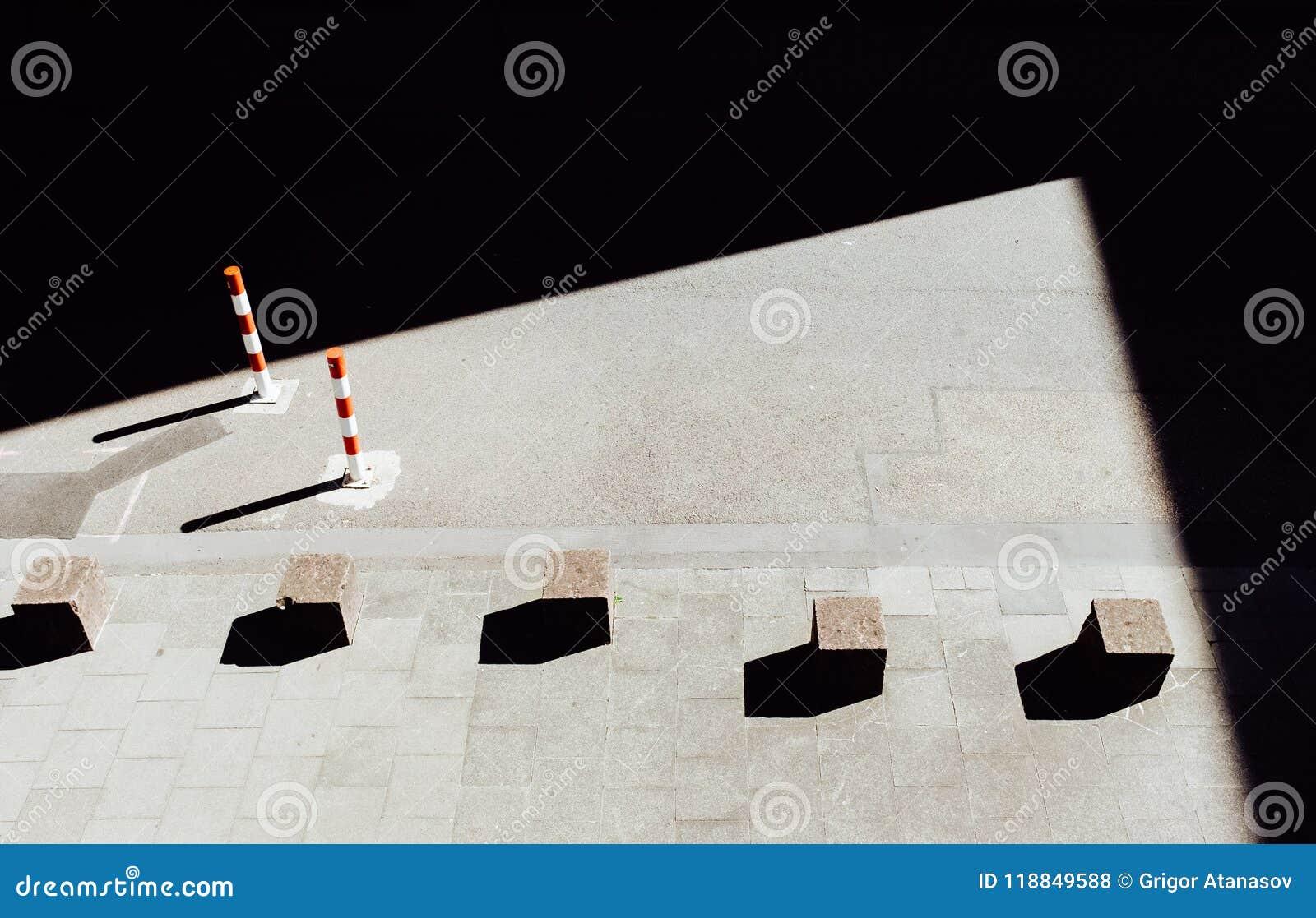 Steinwürfel auf Pflasterung