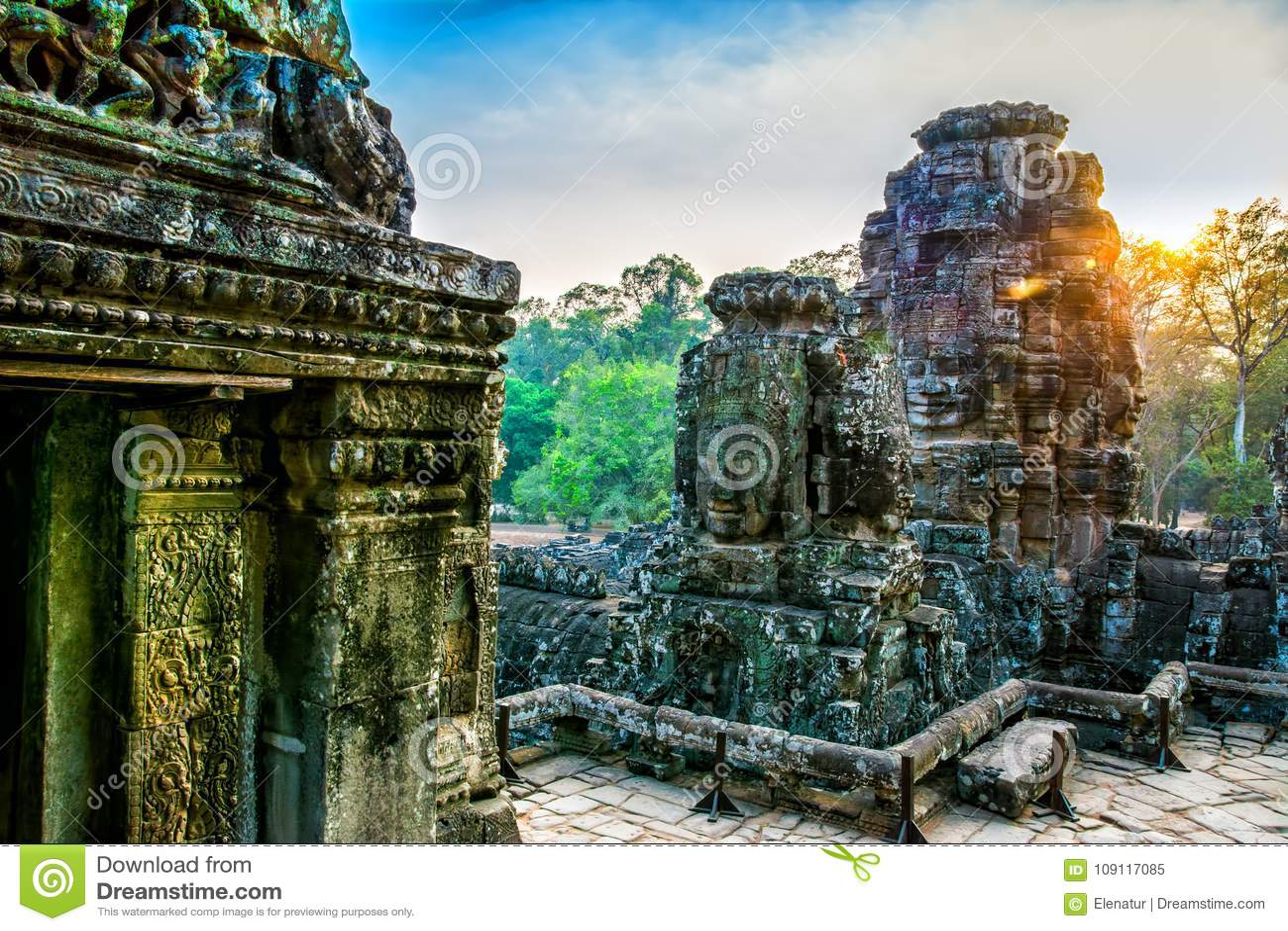 Steinwandgemälde und Statue Bayon-Tempel Angkor Thom Angkor Wat