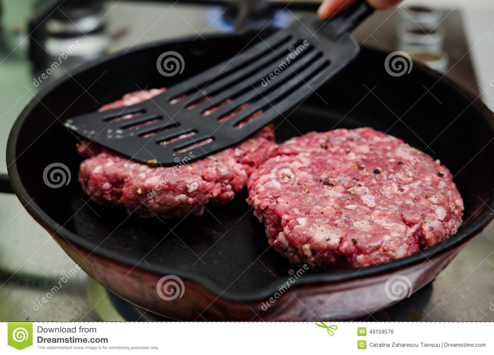 Steka den rå hamburgaren
