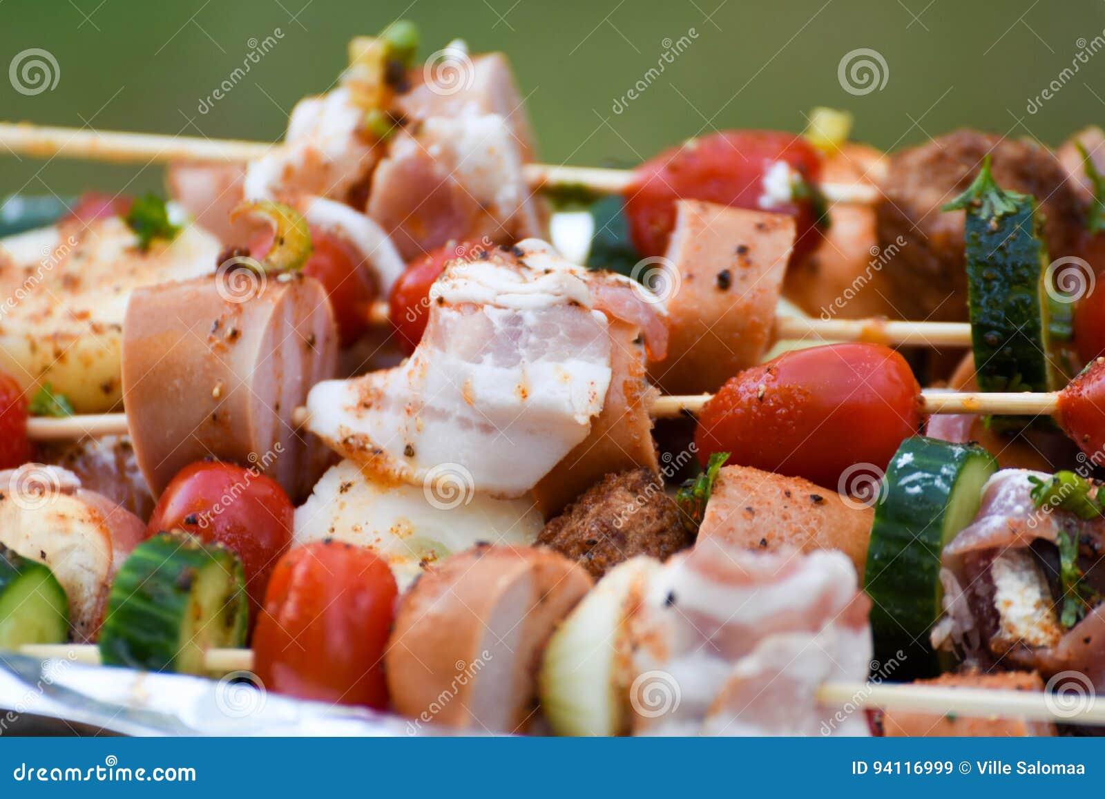 Steknålar, grönsaker och kött med marinaden