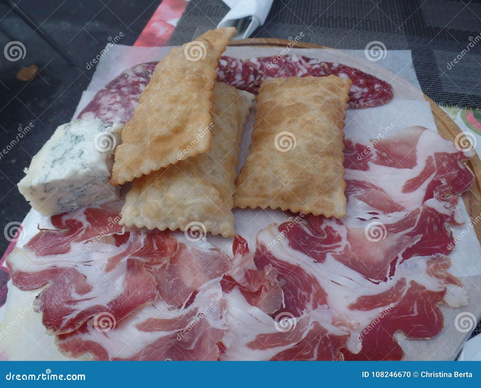 Stekt bröd tjänade som med snitt och ostar för kallt kött