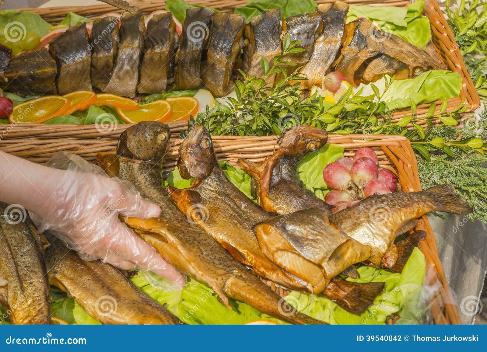 Stekt fisk på ett uppläggningsfat