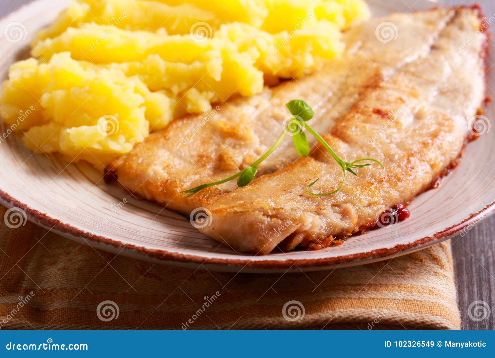 Stekt karp och mosade potatisar
