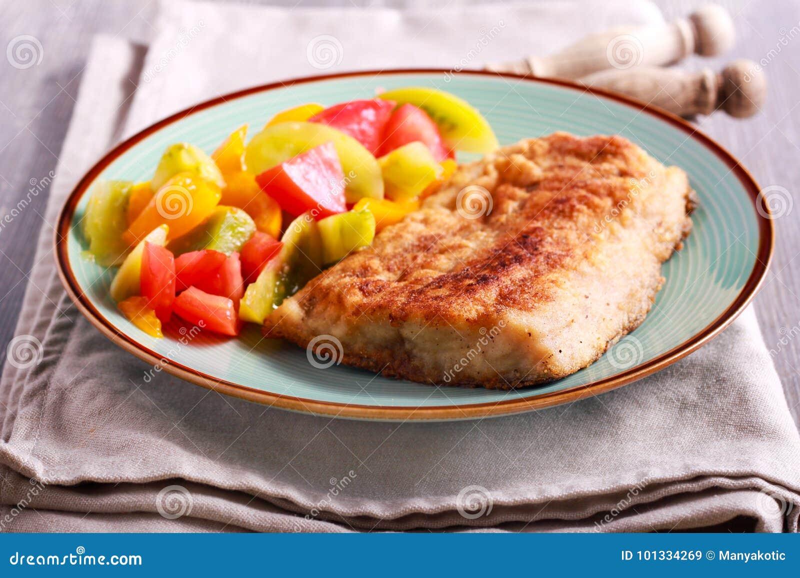 Stekt karpfisk och sallad åt sidan