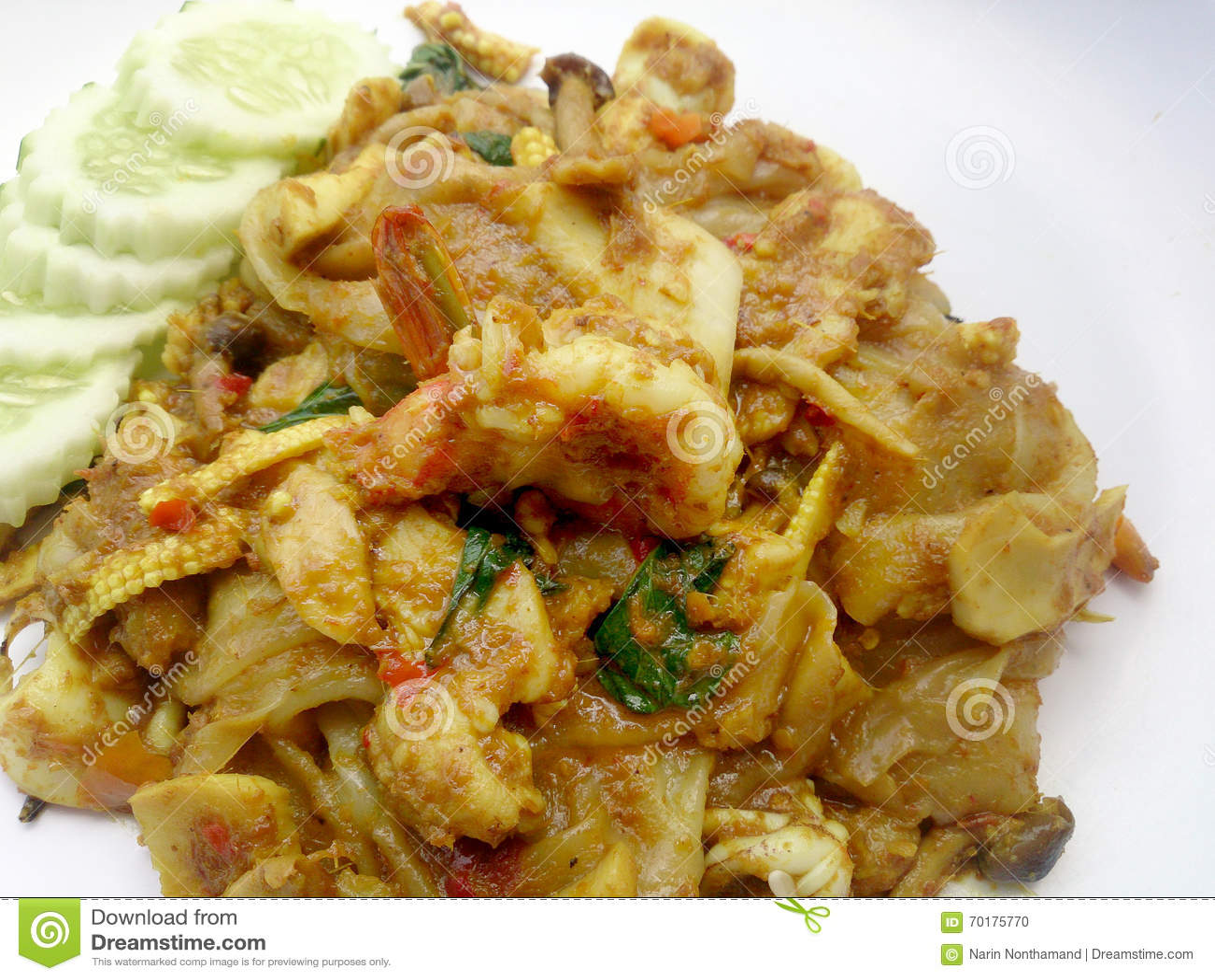 Stekt nudel med grön curry och räka i padthaistil, thailändsk mat