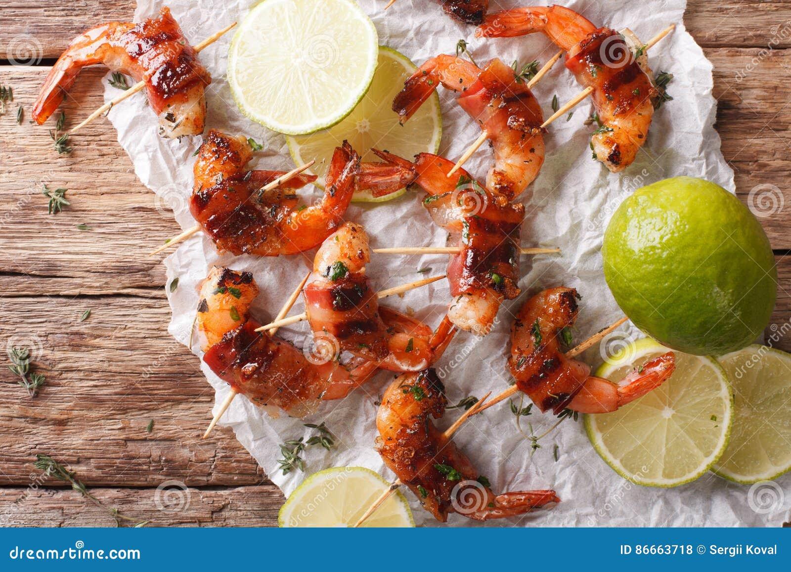 Stekt räka med bacon, kryddor och nära övre för limefrukt Horisontal till
