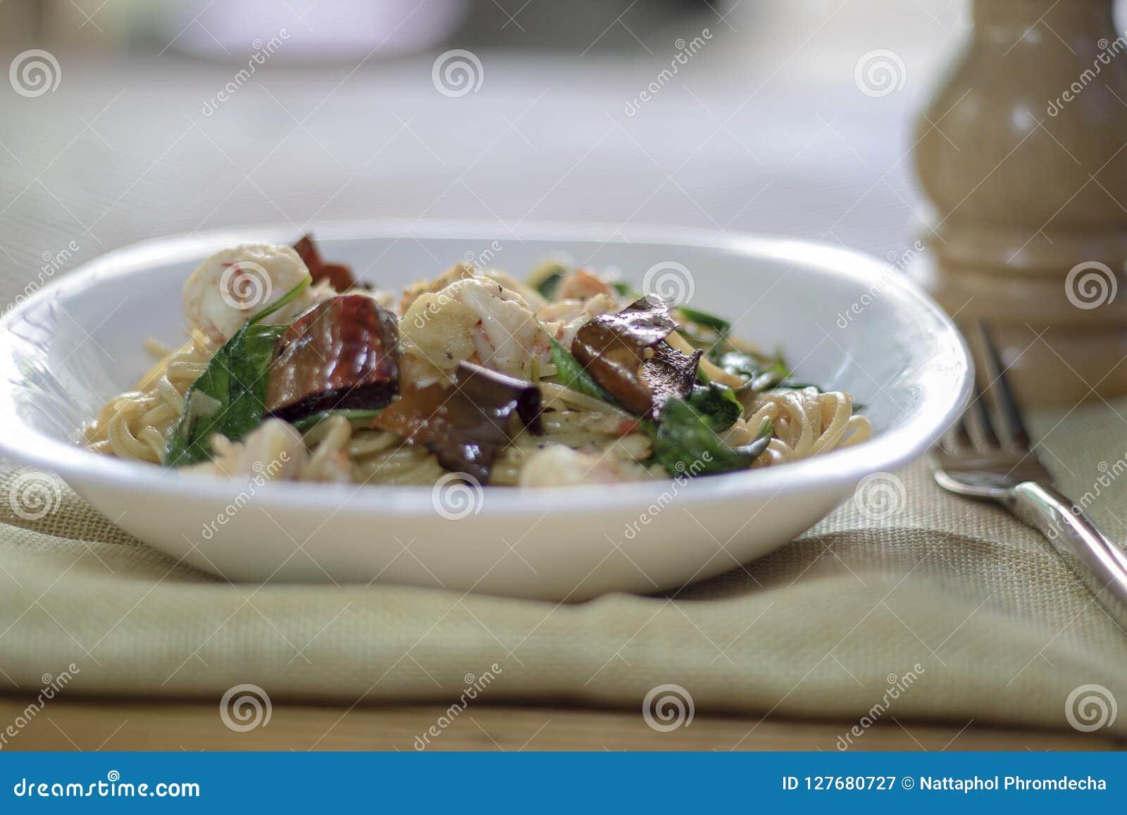 Stekt under omrörning thailändsk stil för kryddig spagettiräka