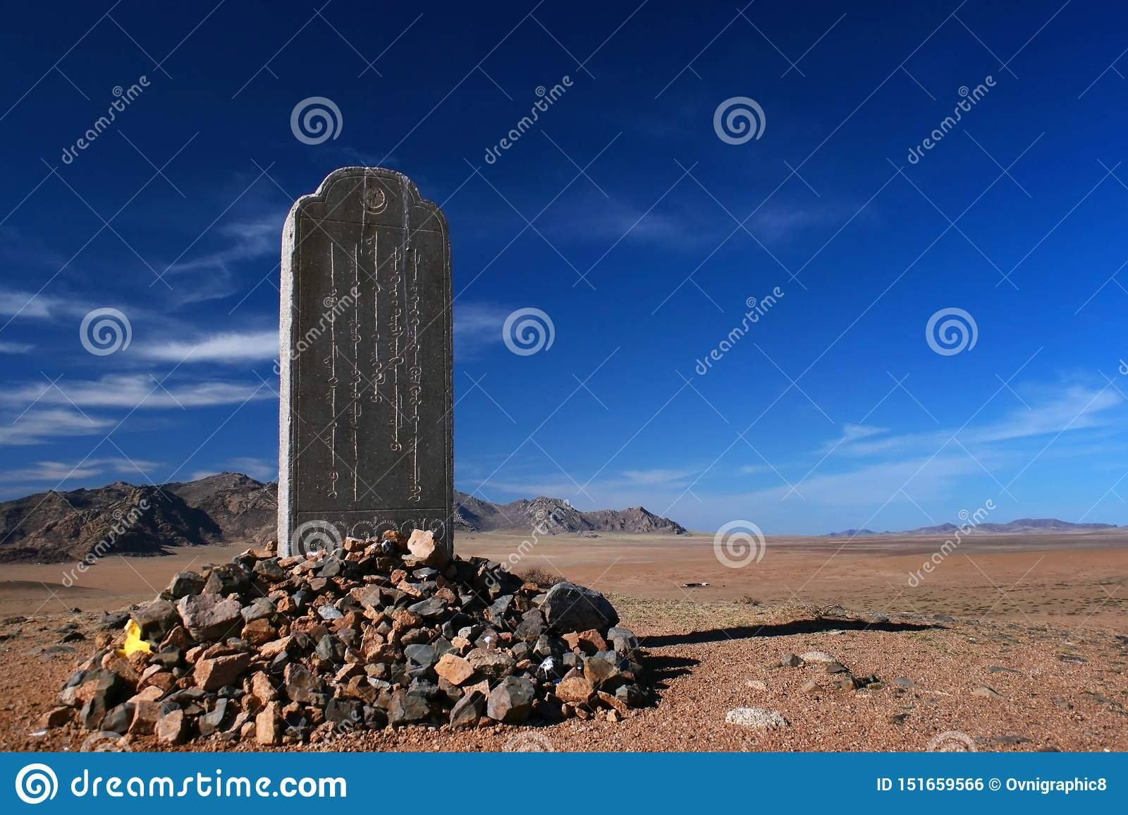 Stele gewijd aan Mandukhai of Mandukhai Khatun Koningin Mandukhai Wijs in de steppe van Mongolië op een zonnige dag