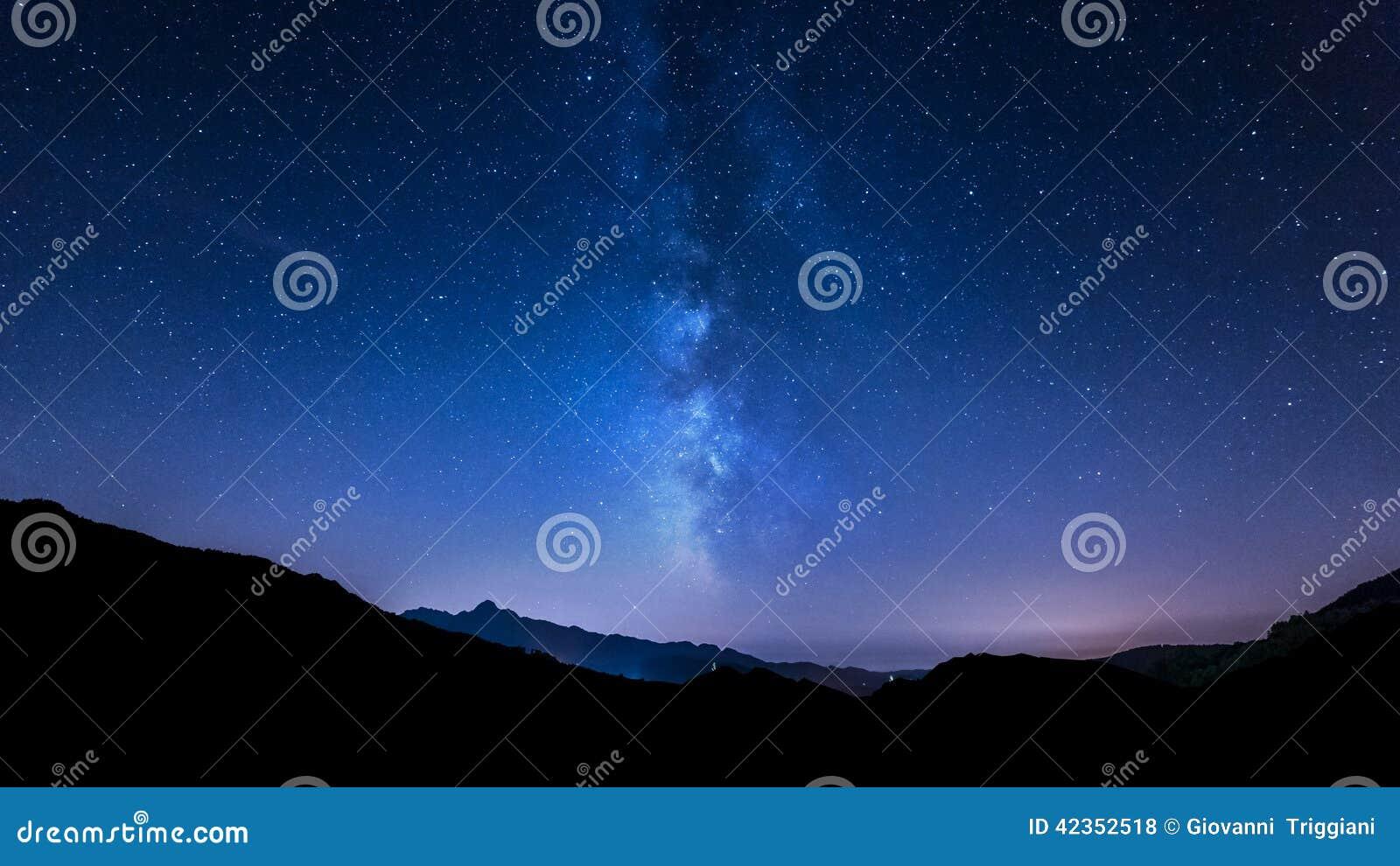 Stelle del cielo notturno Via Lattea Fondo della montagna