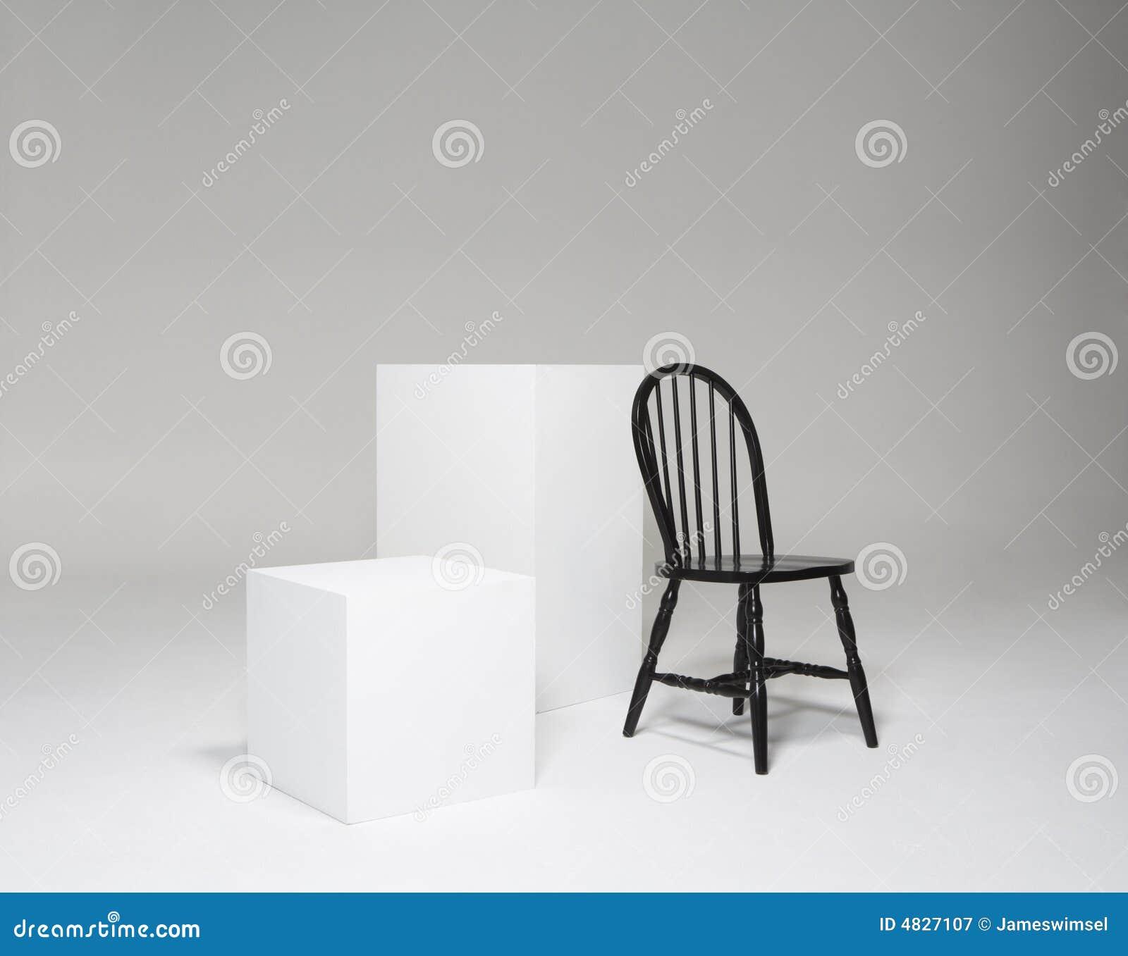 Stellen Sie mit Würfeln und Stuhl ein
