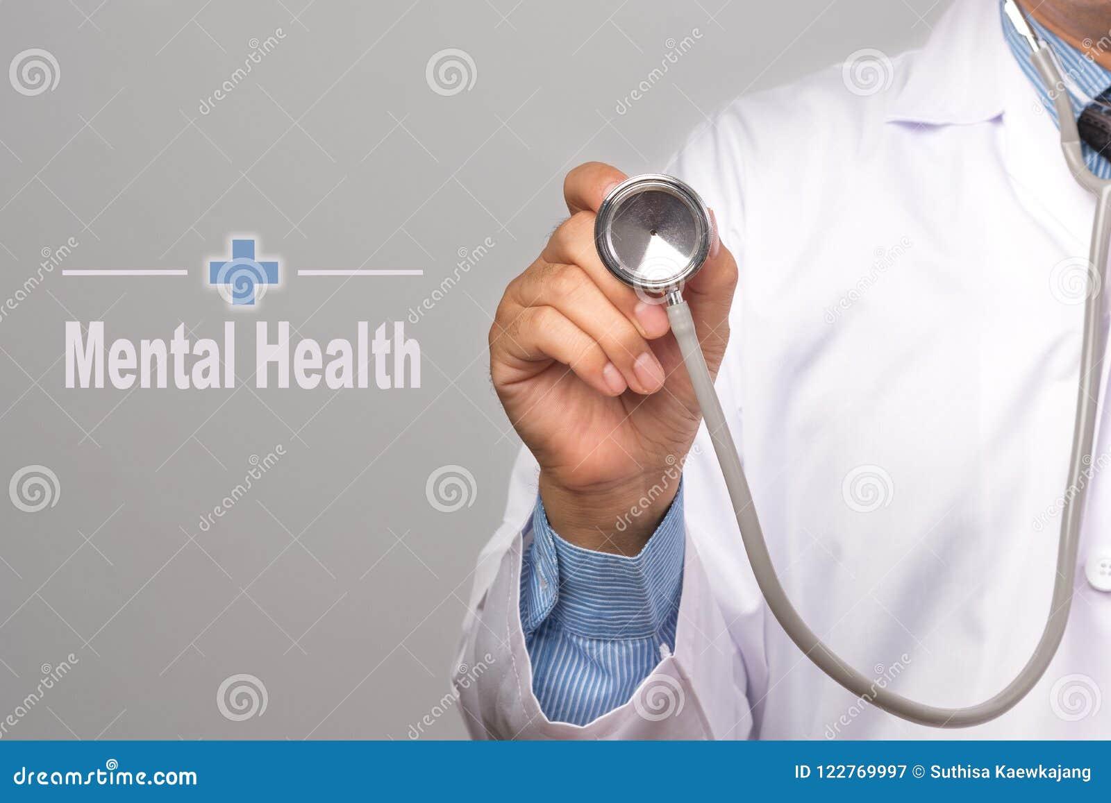 Stellen Sie schützende Schablone und die Pille gegenüber, die im Hintergrund verwischt wird Doktor, der ein Stethoskop und ein Ge