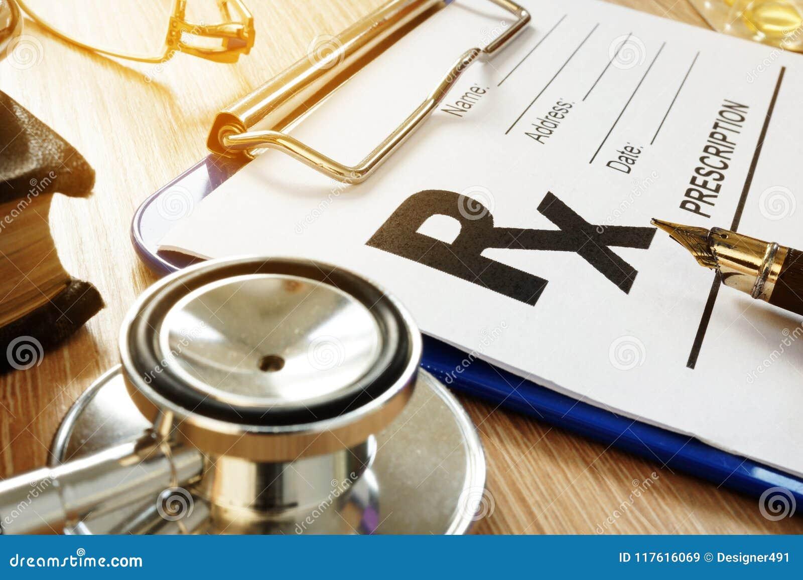 Stellen Sie schützende Schablone und die Pille gegenüber, die im Hintergrund verwischt wird Verordnungsform und -medizin