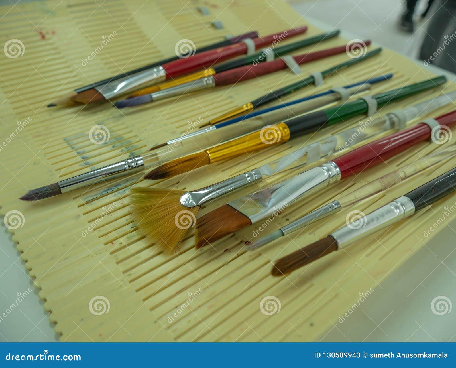 Stellen Sie vom Pinsel und vom Bleistift ein