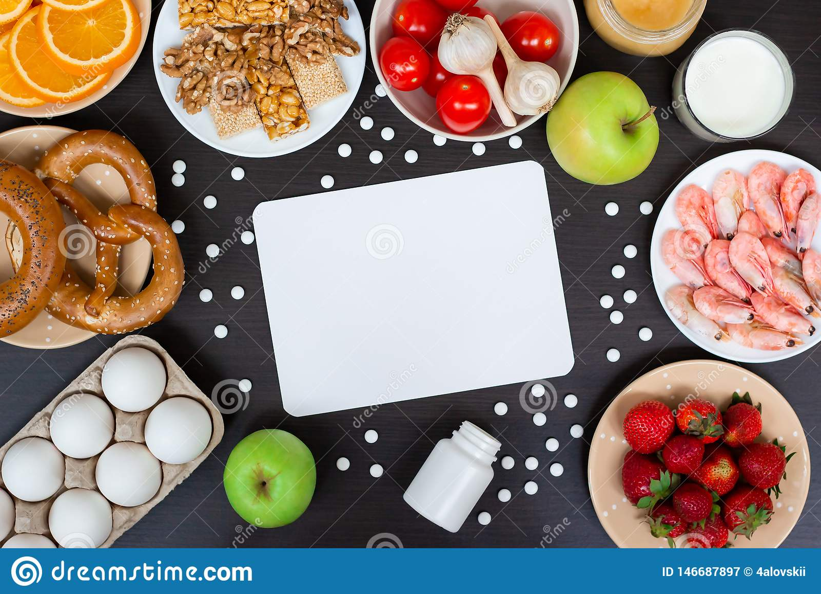 Stellen Sie von den allergischen Produkten als Milch, Orangen, Tomaten, Knoblauch, Garnele, Erdnüsse, Eier, Äpfel, Brot, Erdbeere