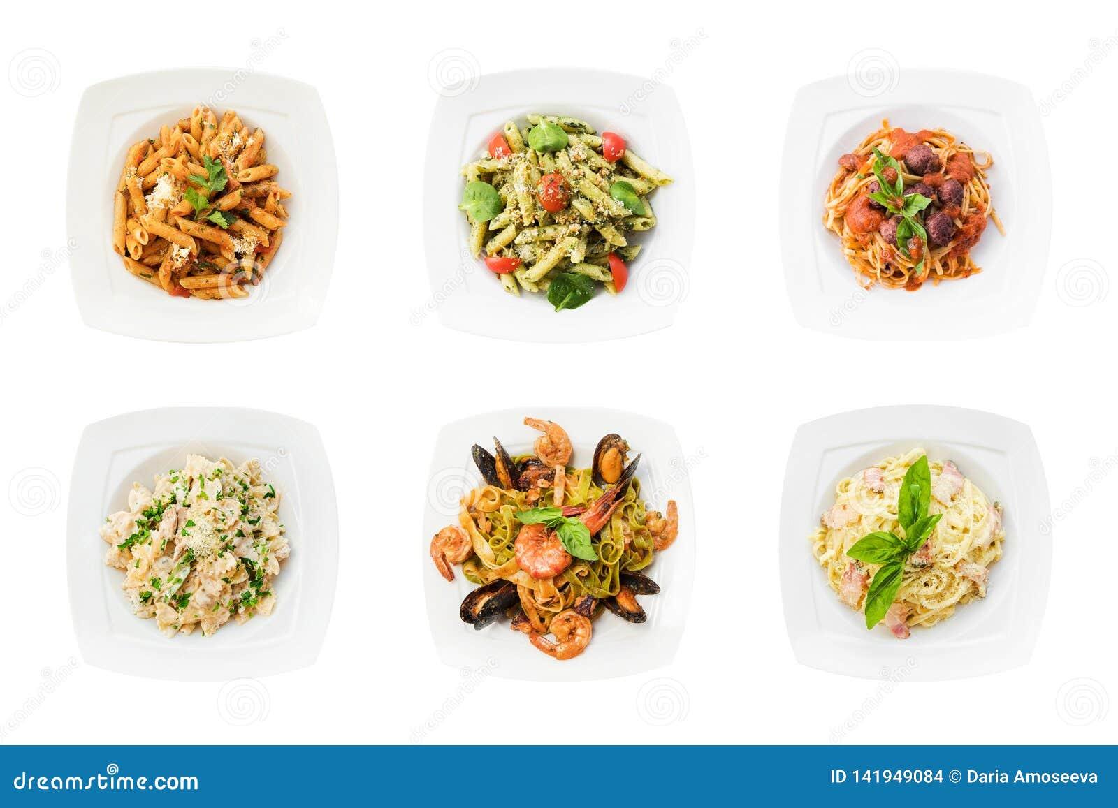 Stellen Sie von den geschmackvollen Teigwaren ein, die auf weißem Hintergrund lokalisiert werden Spaghettis auf a-Platten