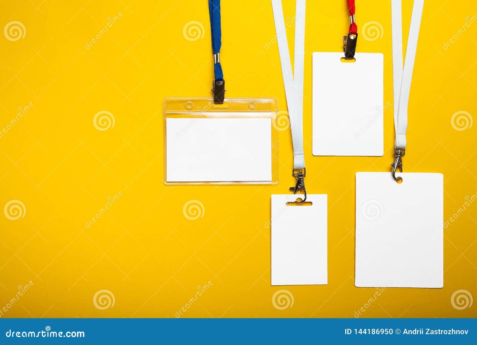Stellen Sie von den Kartenausweisen mit Seilen auf gelbem Hintergrund ein Modell