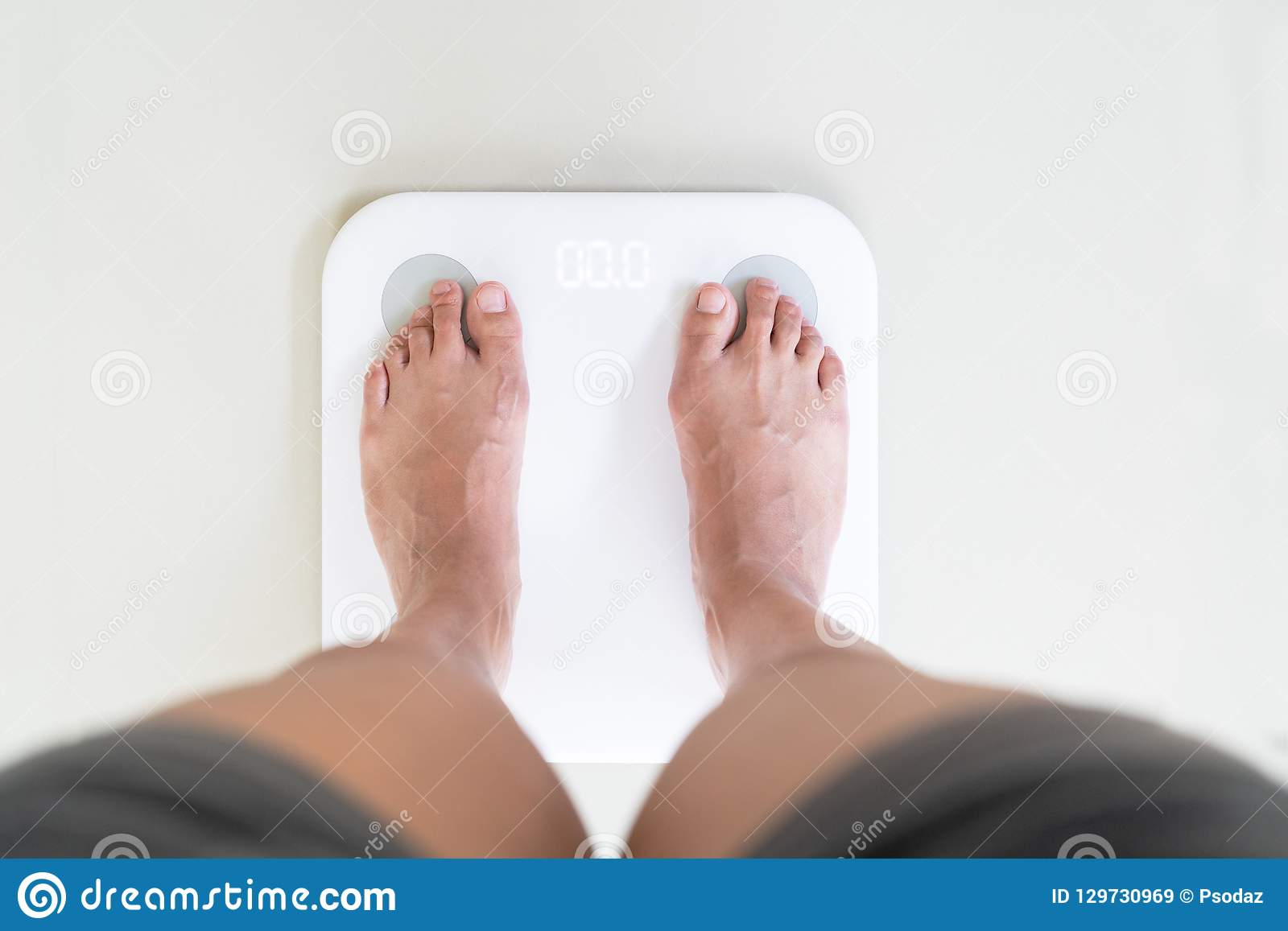 Stellung der jungen Frau auf digitaler Gewichtsskala