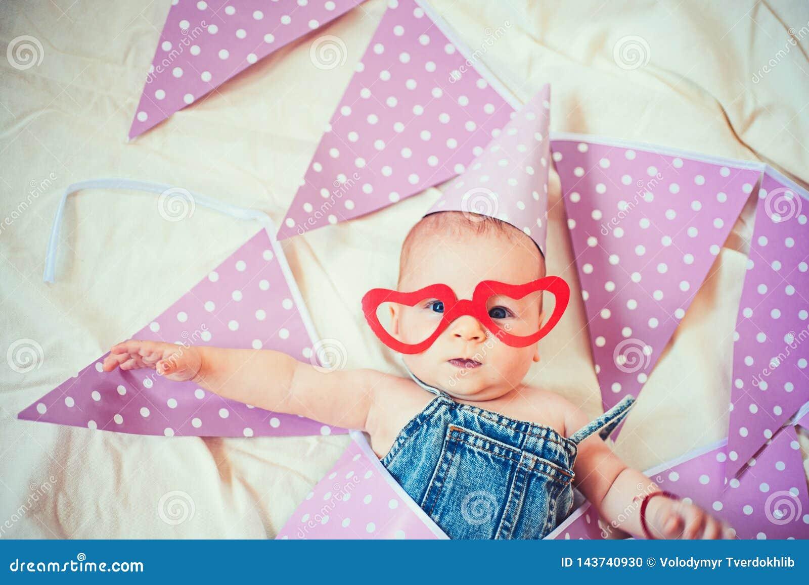 Stelt voor jonge moeder voor Familie Kinderverzorging De Dag van kinderen Snoepje weinig baby Het nieuwe leven en geboorte Kinder