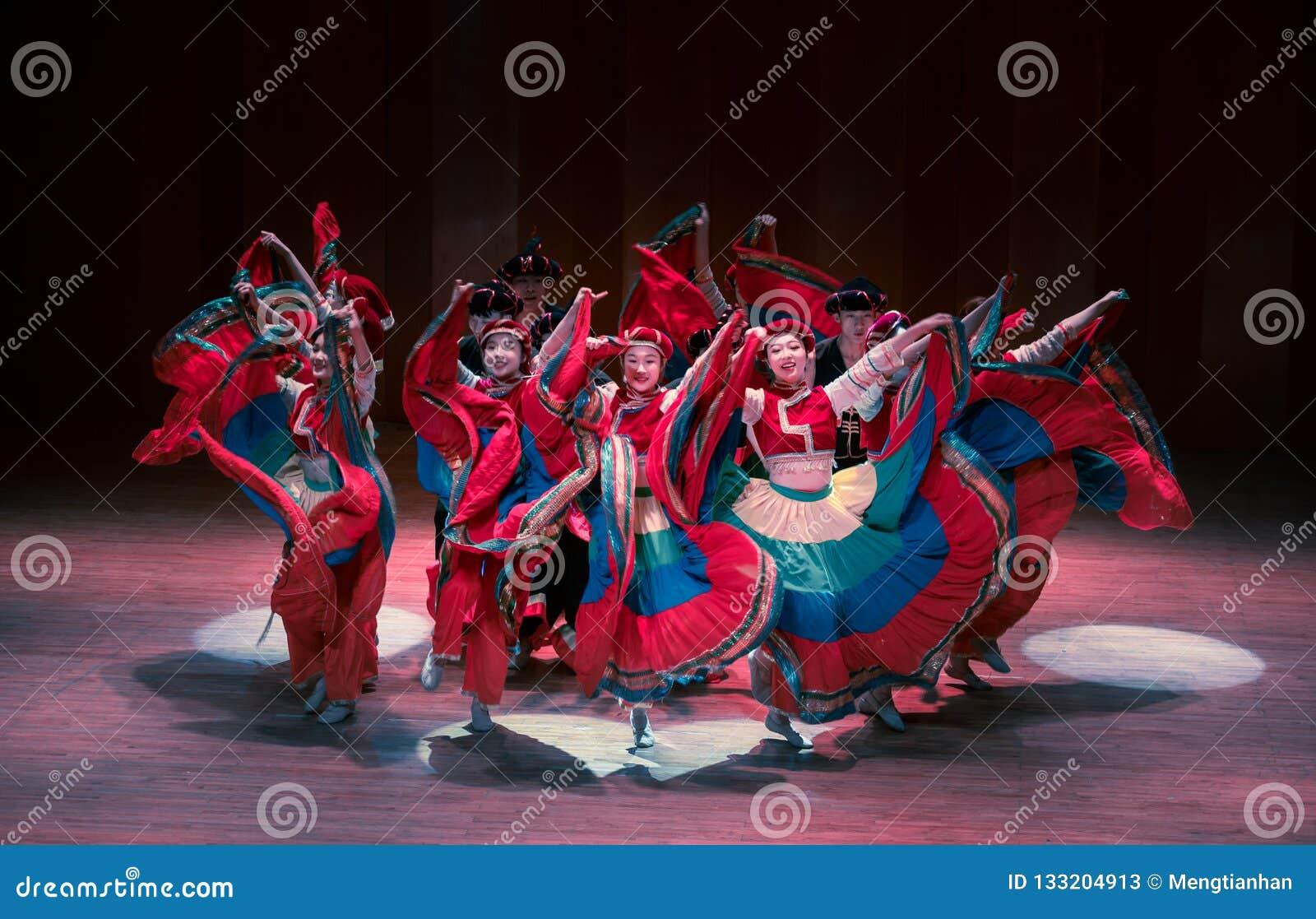 Stem in met dans 2 de volksdans van Axi sprong-Yi van het dansdrama